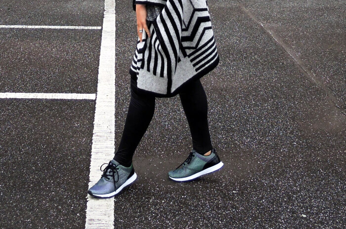 Outfit: Holographic sneakers and my fave Poncho, Kationette, Fashionblog, Streetstyle, Look, Style