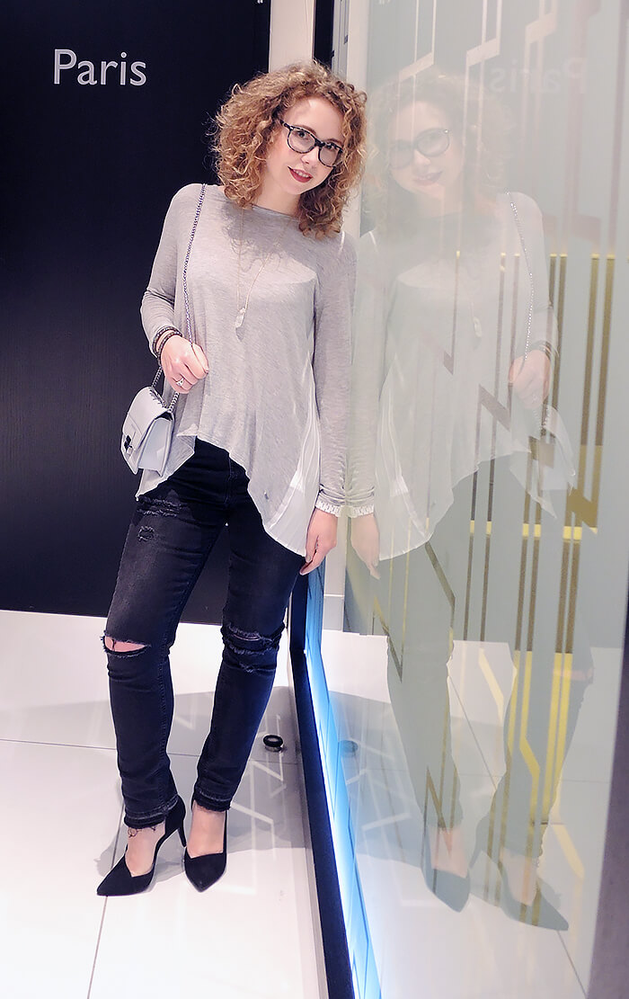 Outfit: Ripped Jeans and Pepe Jeans Shirt in the Lobby of the Radisson Blu Hamburg