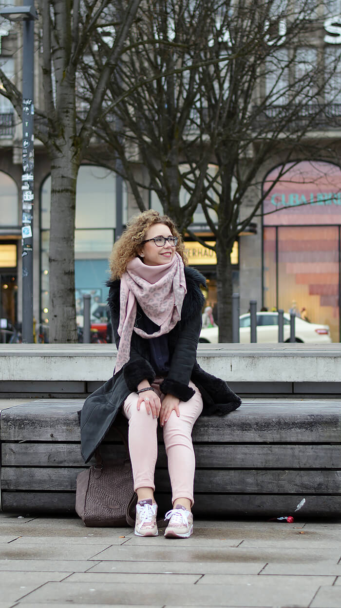 Outfit: Grey and Rose in front of the Alsterhaus Hamburg