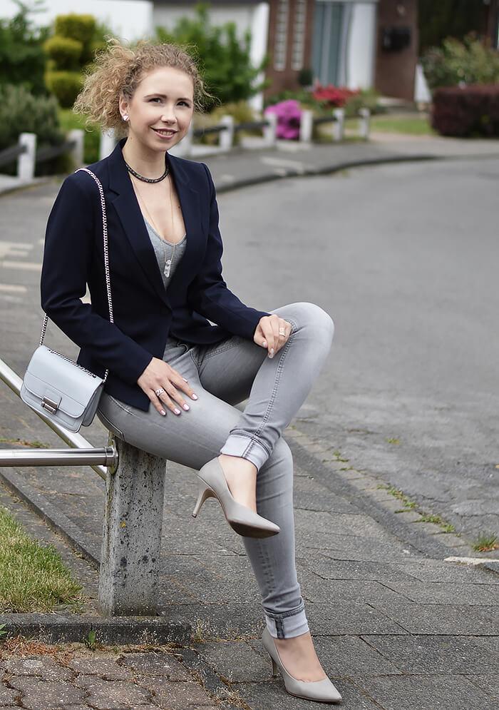 Outfit: Navy Blue Blazer, Slim Jeans and Swarovski Choker