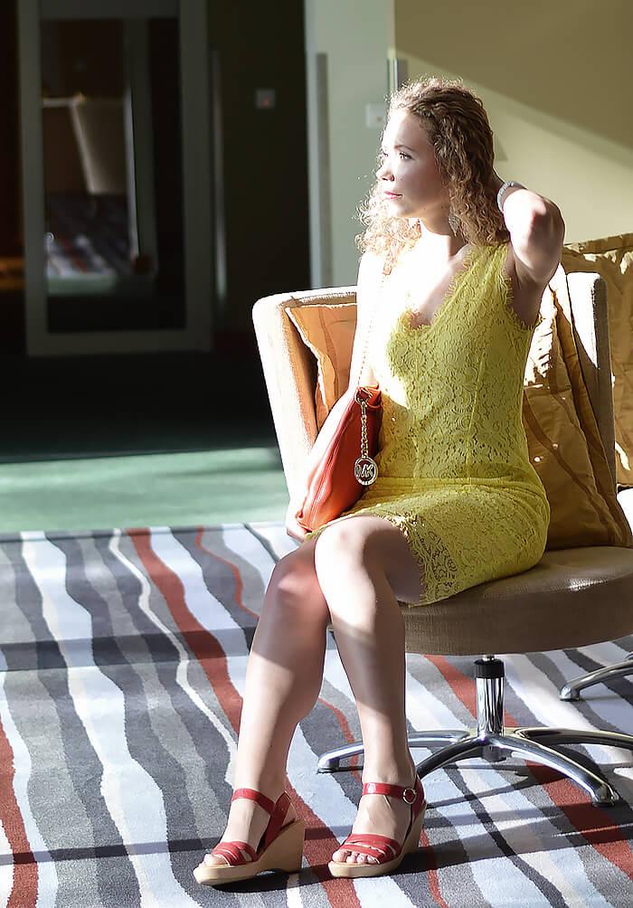 Kationette-fashionblogger-outfit-yellow-lace-dress-radisson-blu-rostock