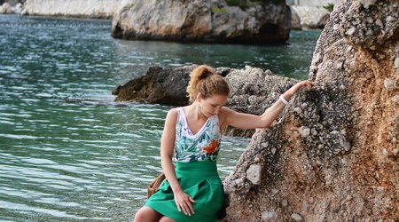 Kationette-fashionblog-Outfit-green-flared-skirt-palm-top-in-brela-croatia