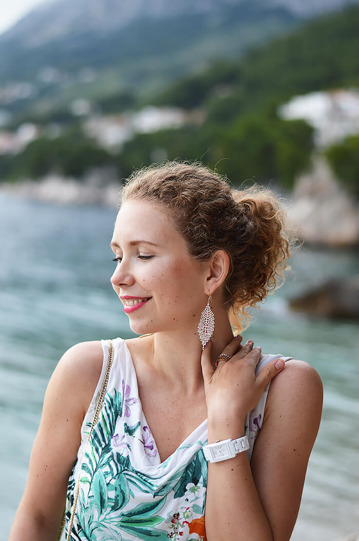 Kationette-fashionblog-Outfit-green-flared-skirt-palm-top-in-brela-croatia-curls
