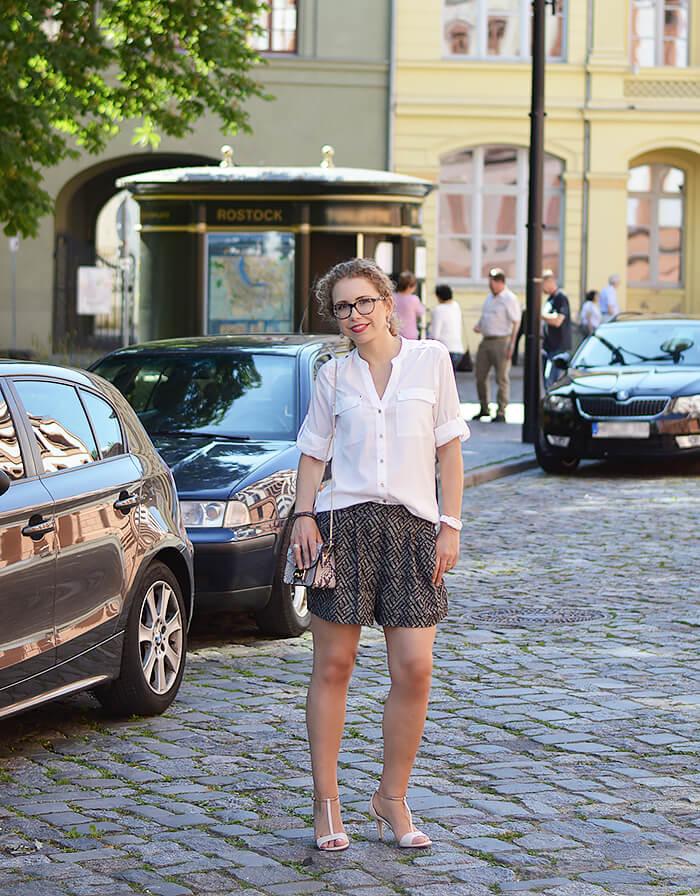 Kationette-Fashionblog-Outfit-White-Blouse-Shorts-Furla-T-Straps