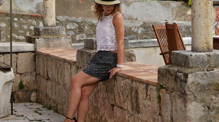 Kationette-fashionblog-outfit-shorts-lace-top-heels-straw-hat-in-dubrovnik-croatia-curls-streetstyle