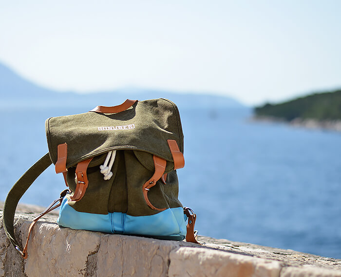 Kationette-fashionblog-outfit-off-shoulder-halfbun-hotpants-dubrovnik-old-town-curls-hinüber-backpack