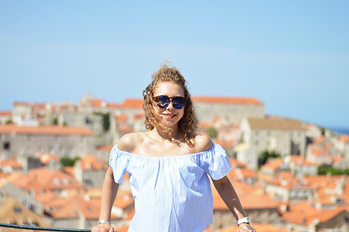 Kationette-fashionblog-outfit-off-shoulder-halfbun-hotpants-dubrovnik-old-town-curls