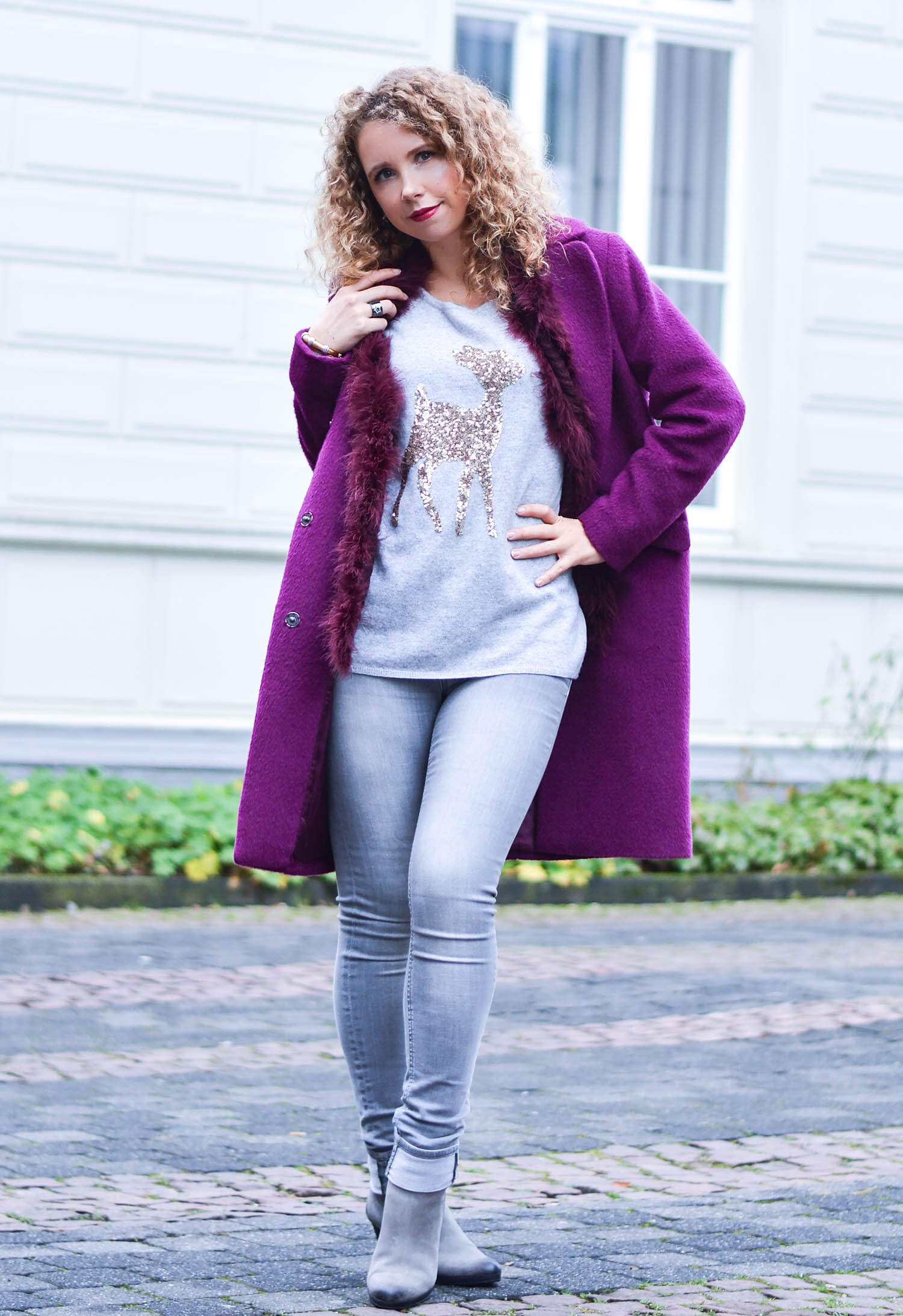Kationette Fashionblog Outfit: Berry woolcoat, feather vest and sequin reindeer