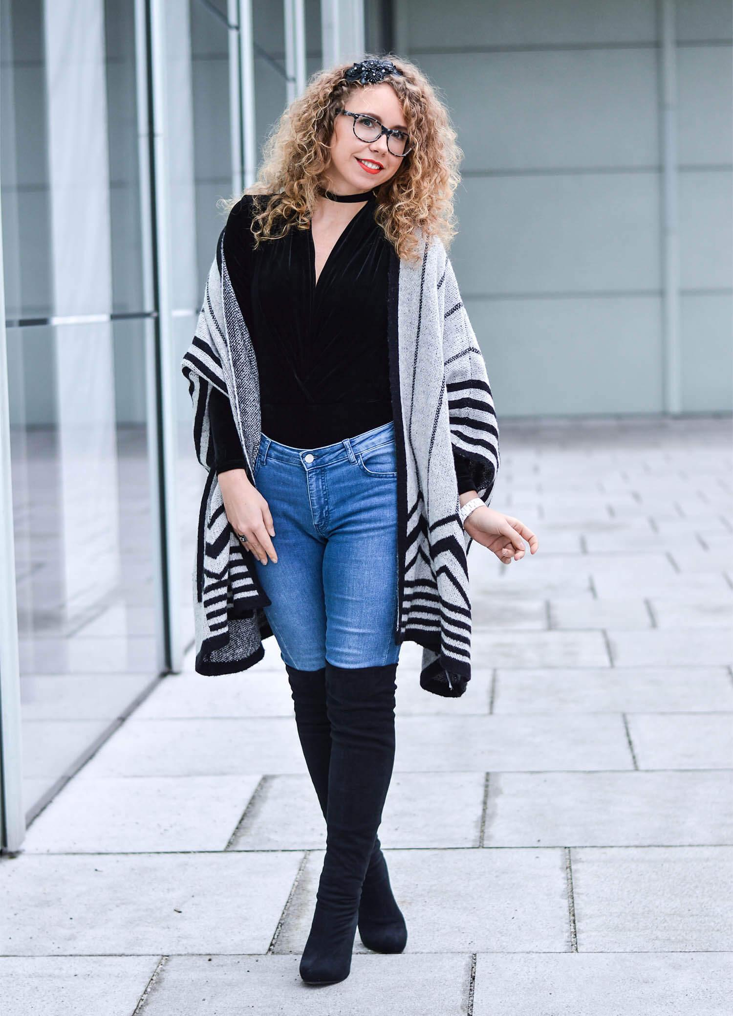 Kationette Fashionblog Outfit: Velvet Bodysuit, Overknees and Zara Cape Streetstyle Curls
