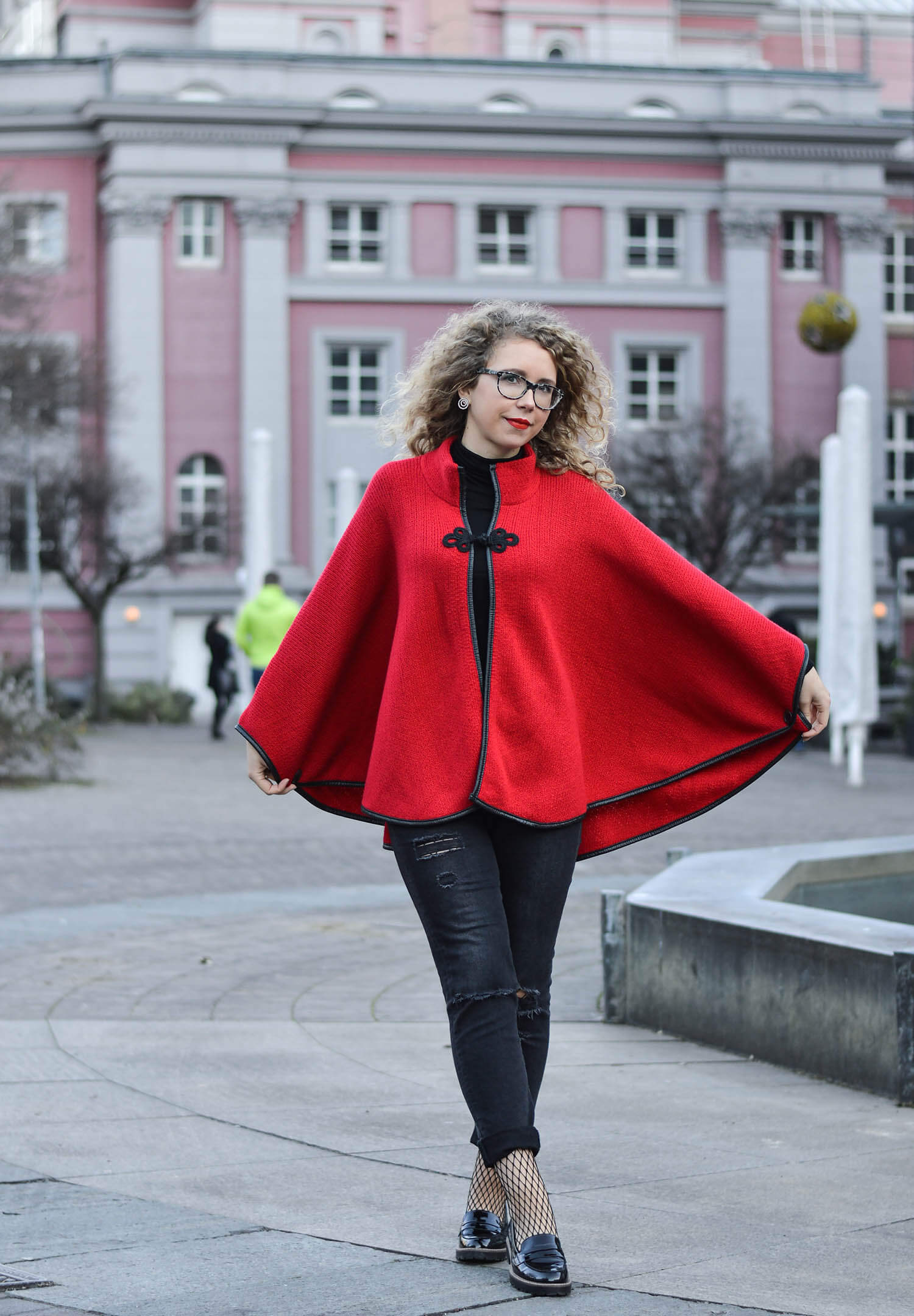 Kationette-Fashionblog-Germany-Streetstyle-Outfit-RedRidingHood-Ripped-Jeans-Fishnet-curls