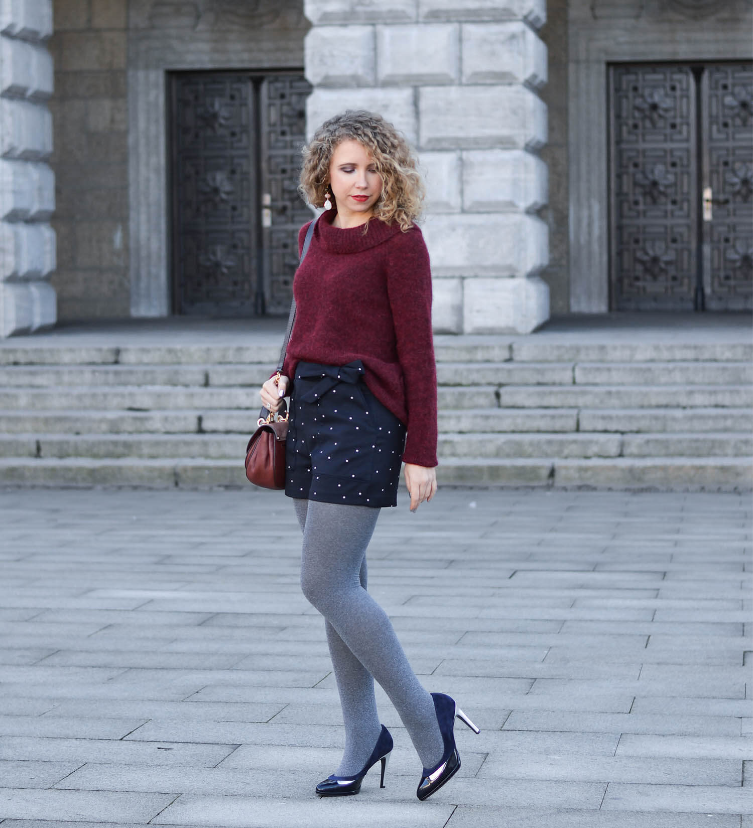 Kationette Fashionblog Outfit: Michael Kors saddle bag, Wool Sweater, Hotpants, Peter Kaiser Pumps