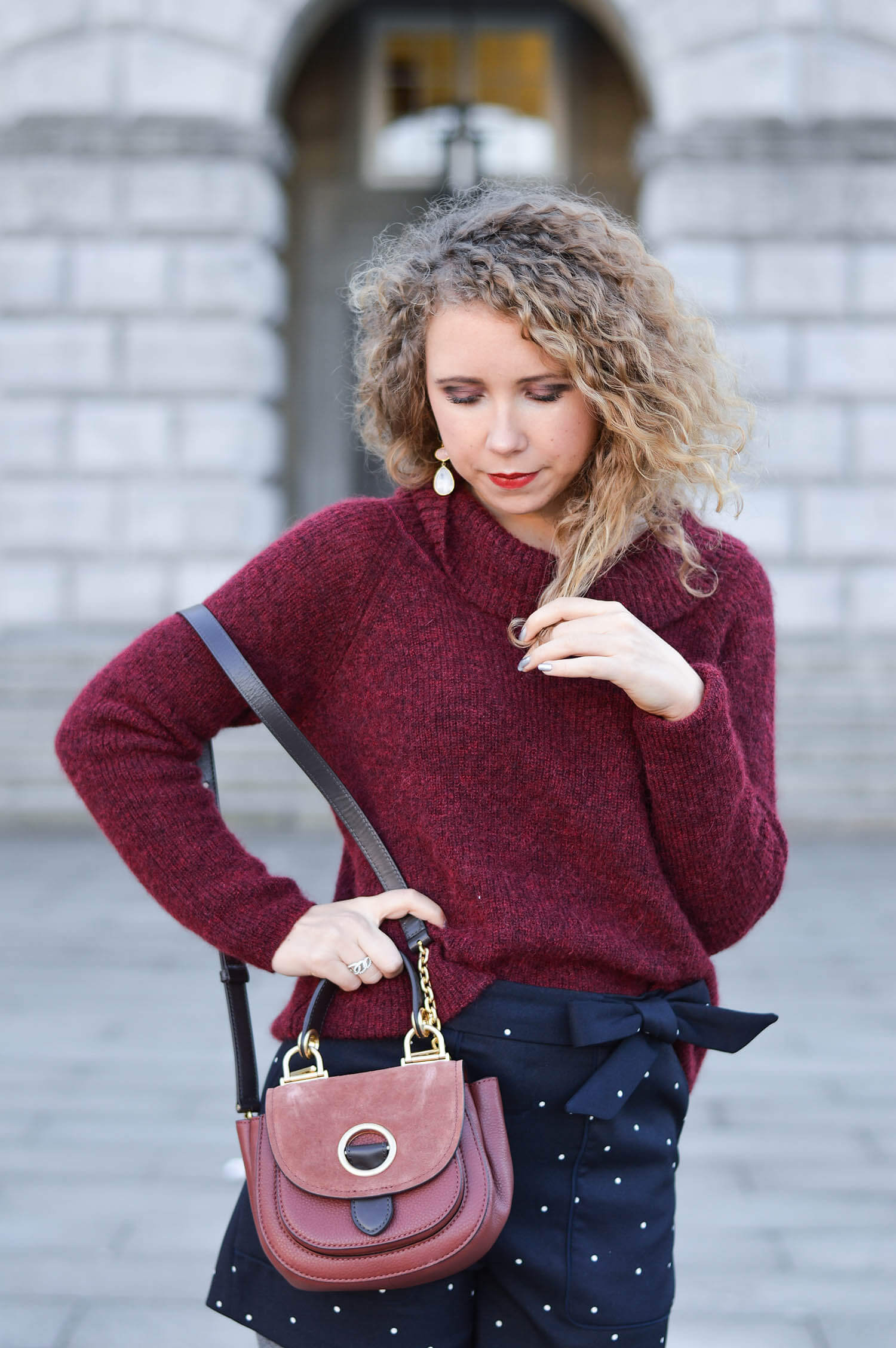 Kationette Fashionblog Outfit: Michael Kors saddle bag, Wool Sweater, Hotpants, Peter Kaiser Pumps, curls