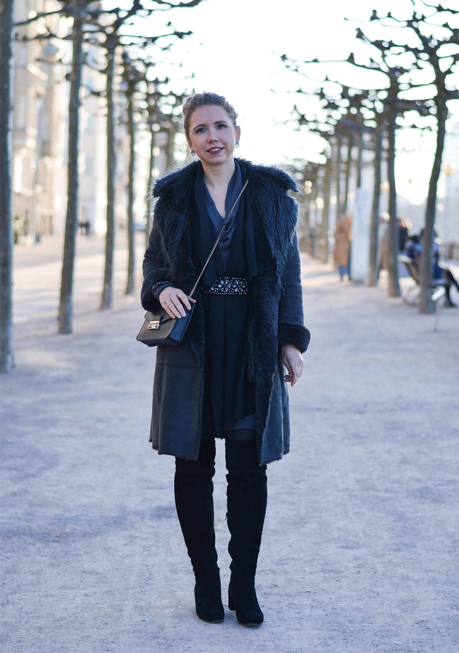 Kationette-fashionblog-Outfit-Shadesofgrey-Shearling-Knit-Overknees-Dusseldorf-curls