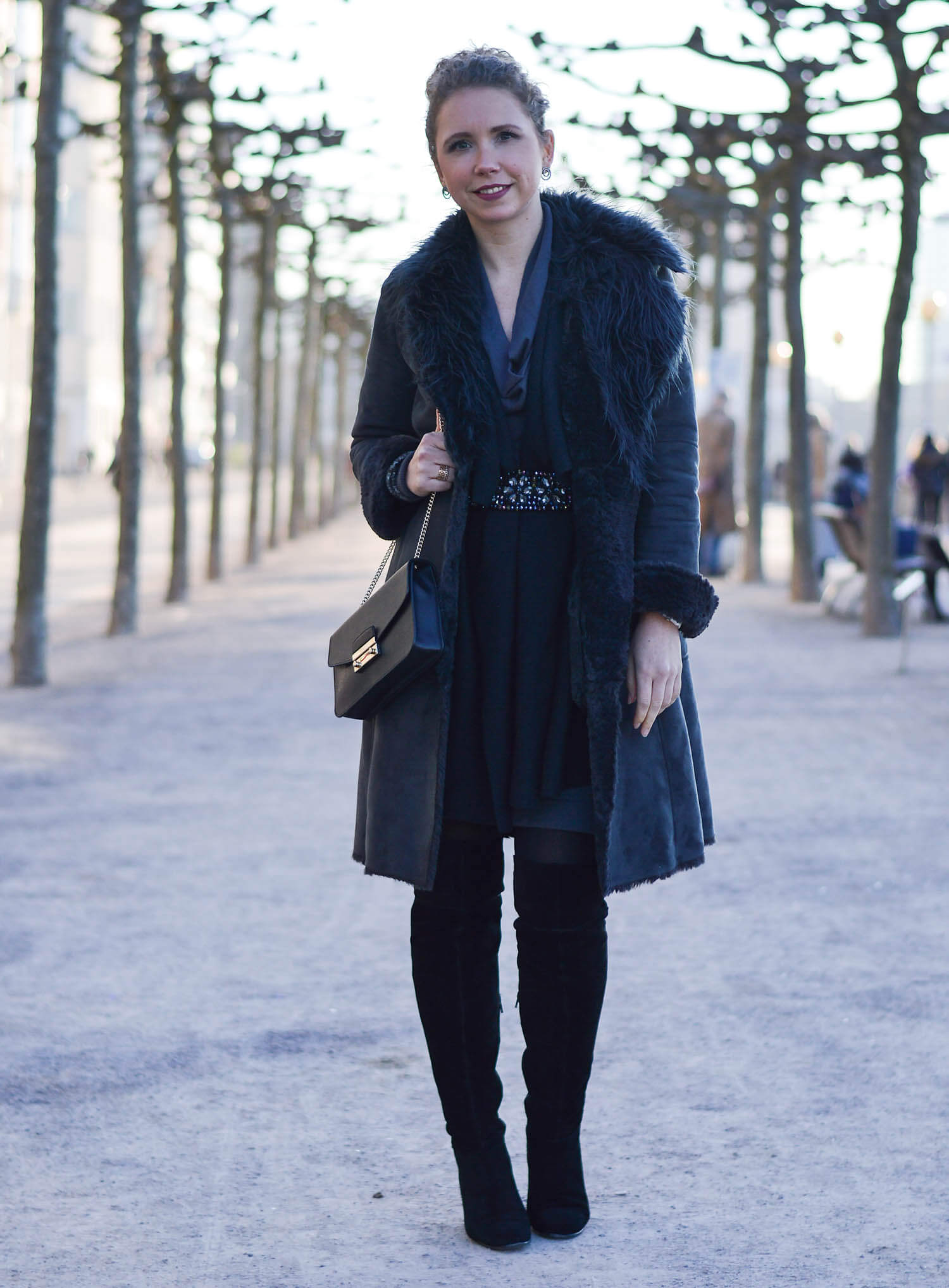 Kationette-fashionblog-Outfit-Shadesofgrey-Shearling-Knit-Overknees-Dusseldorf-curls-furla
