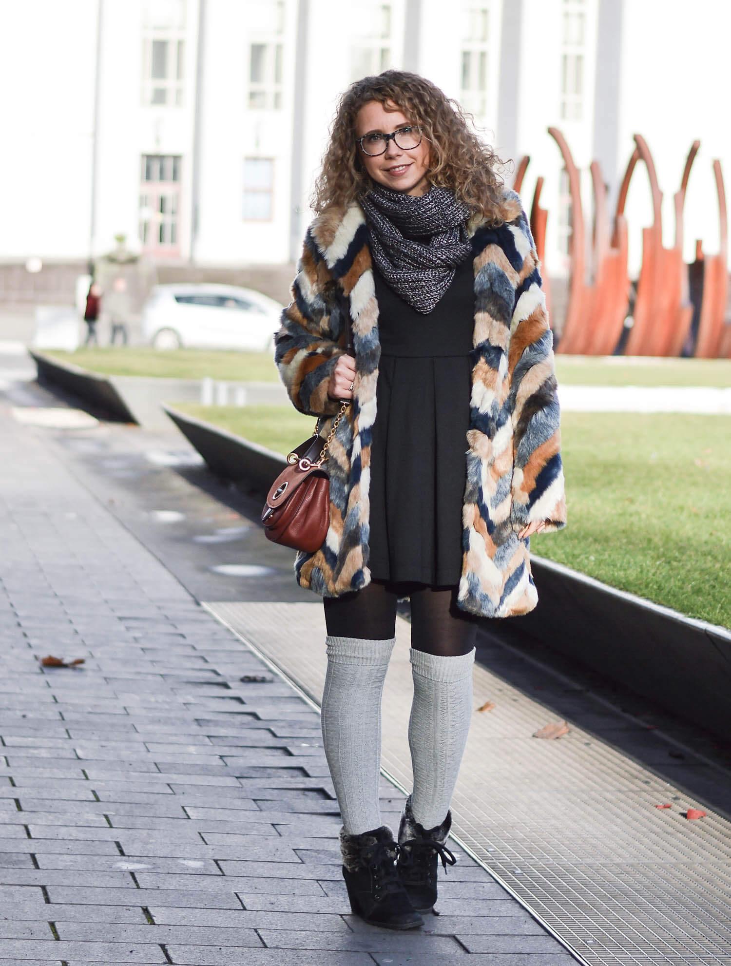 Kationette-fashionblog-Outfit-Cozy-Winter-streetstyle-Fake-Fur-Overknee-Socks-michaelkors-saddlebag-curls