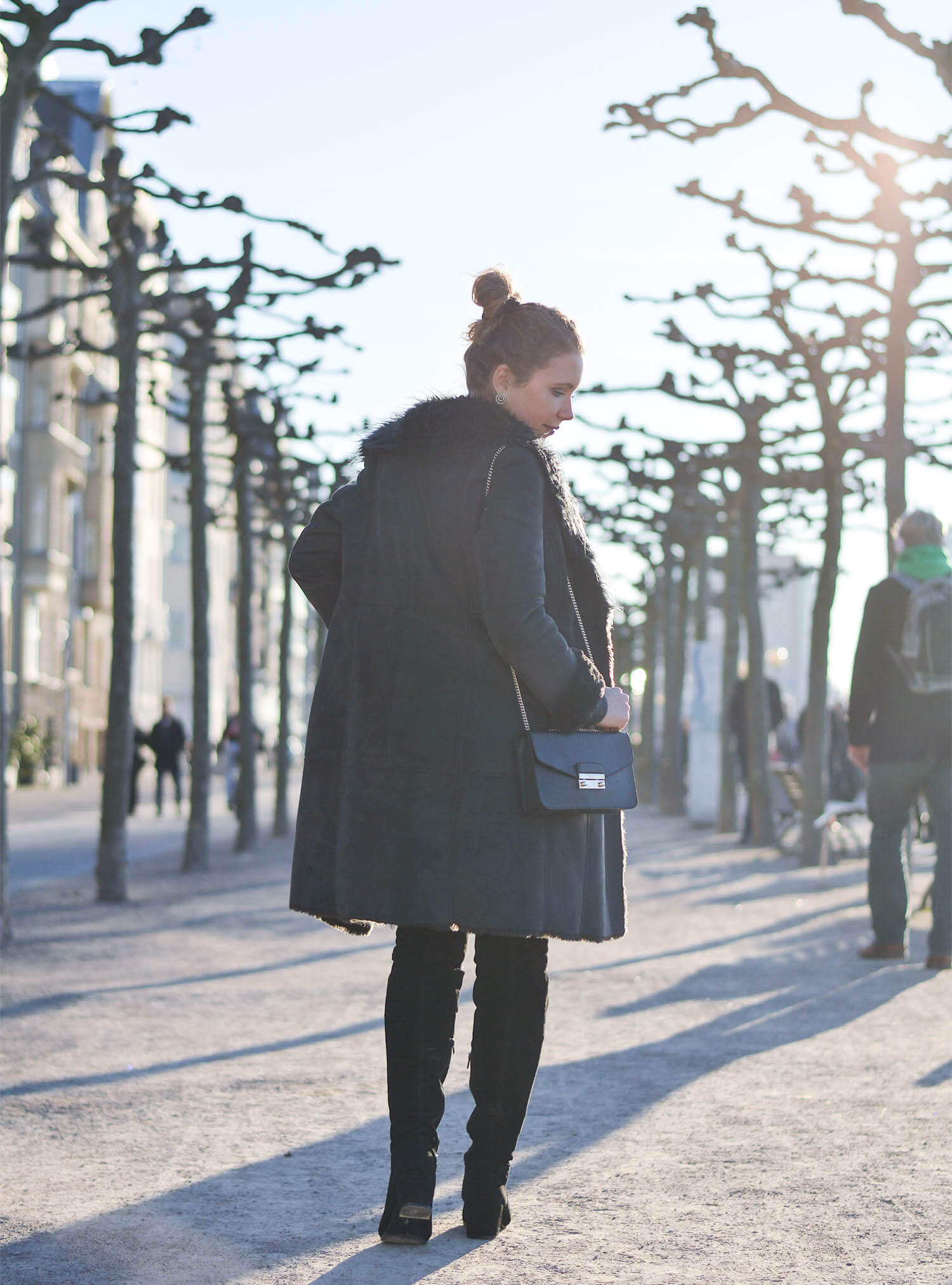 Kationette-fashionblog-Outfit-Shadesofgrey-Shearling-Knit-Overknees-Dusseldorf-curls-bun-furla