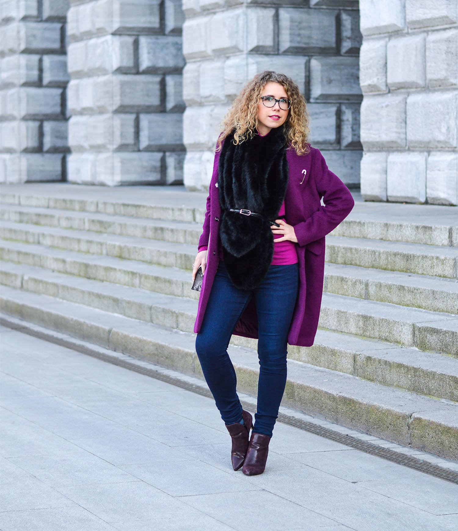 Kationette-fashionblog-Outfit-streetstyle-FakeFur-woolCoat-Furla-ankleBooties-curls