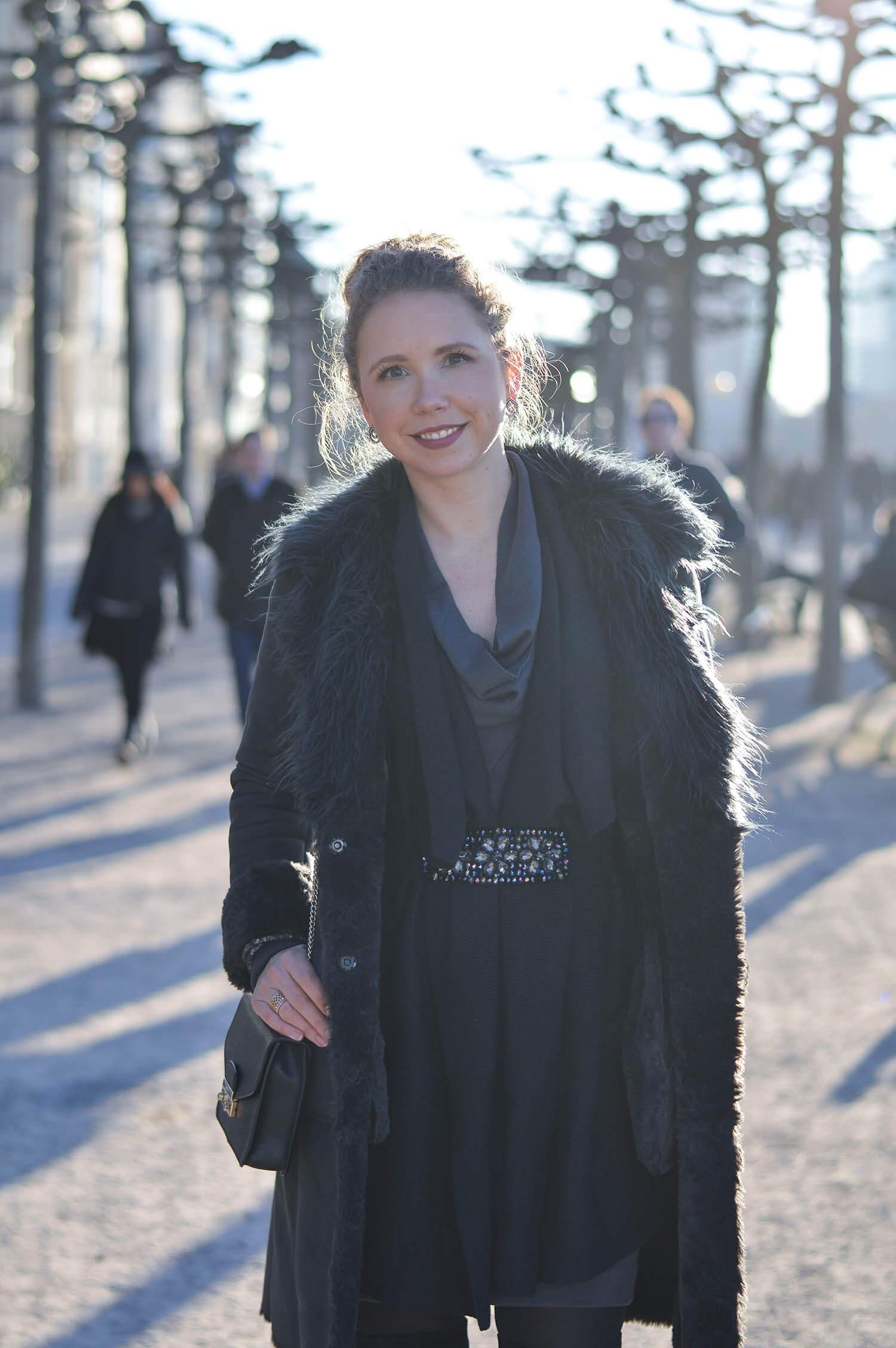 Kationette-fashionblog-Outfit-Shadesofgrey-Shearling-Knit-Overknees-Dusseldorf-curls