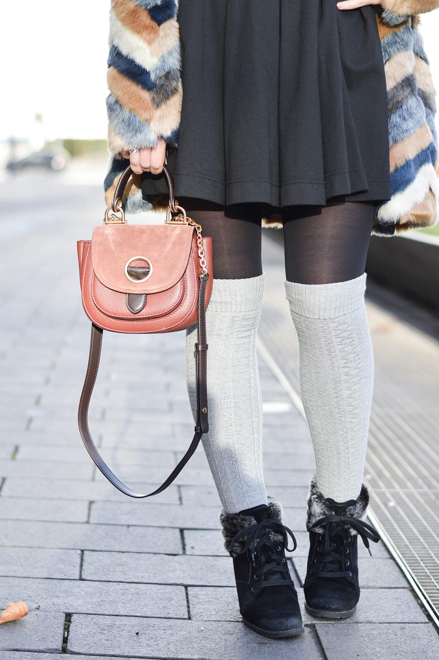 Kationette-fashionblog-Outfit-Cozy-Winter-streetstyle-Fake-Fur-Overknee-Socks-michaelkors-saddlebag