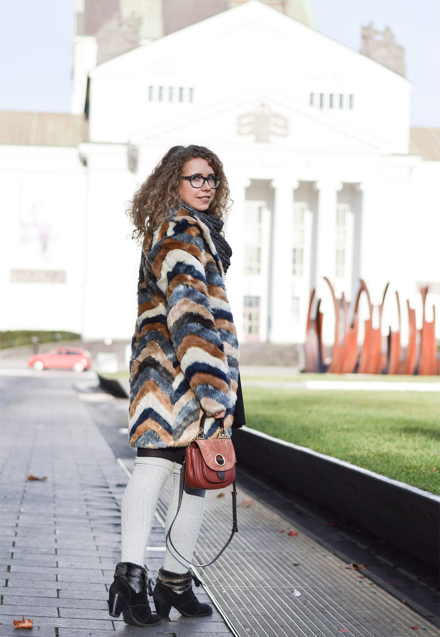 Kationette-fashionblog-Outfit-Cozy-Winter-streetstyle-Fake-Fur-Overknee-Socks-michaelkors-saddlebag-curls