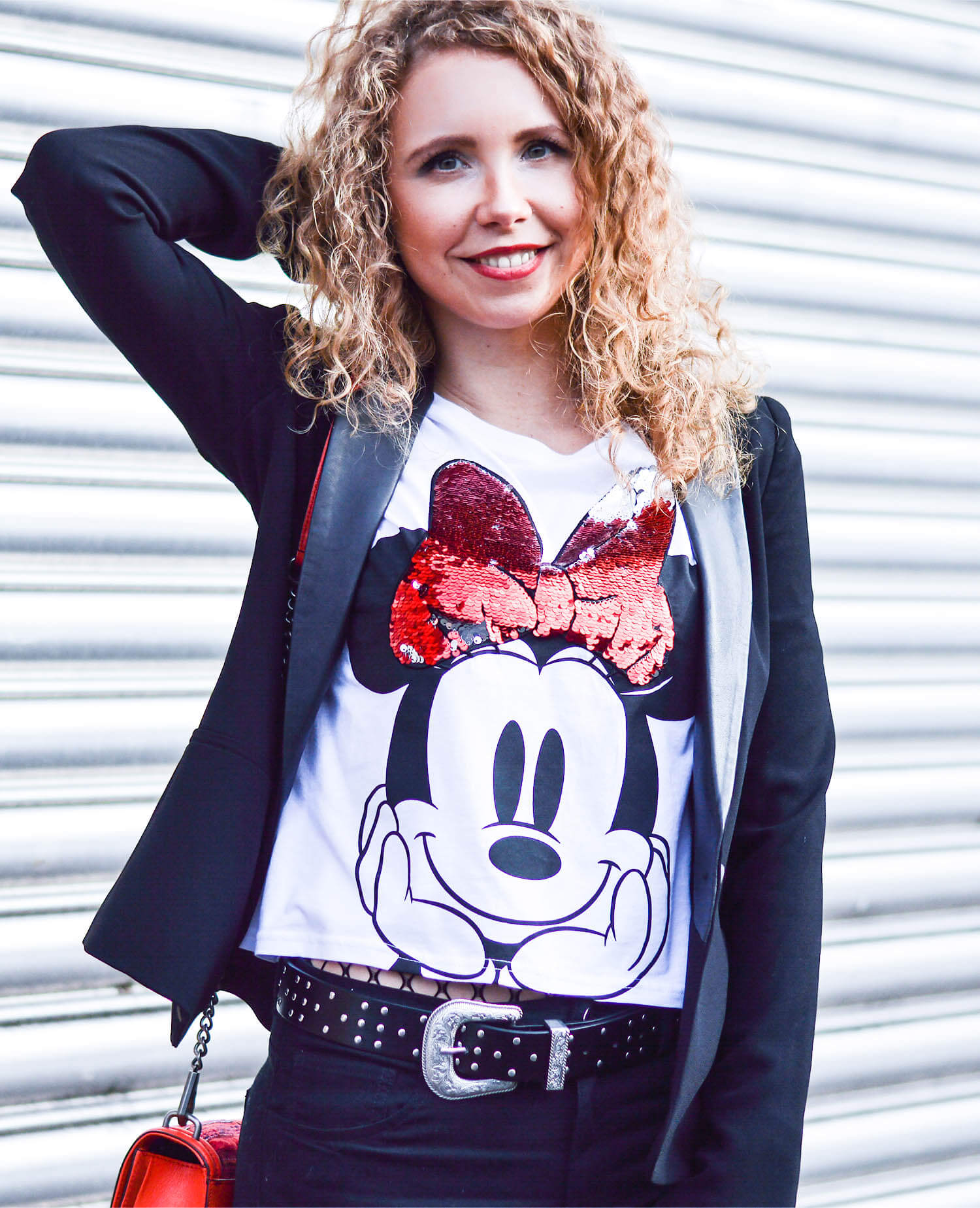 kationette-fashionblog-Outfit-Minnie-Mouse-HighWaist-Denim-Fishnet-stockings-RebeccaMinkoff-crossbody-curls