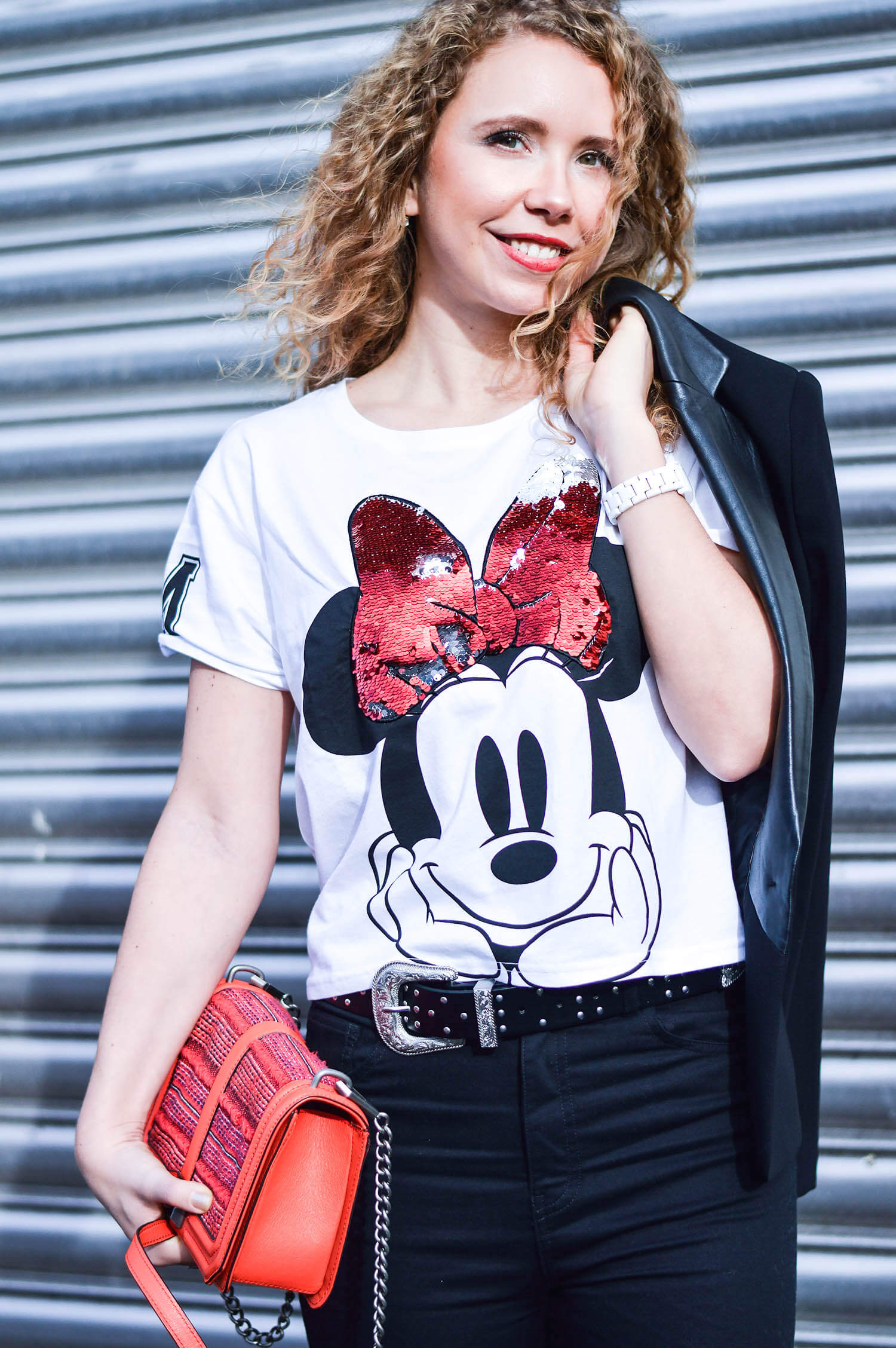 kationette-fashionblog-Outfit-Minnie-Mouse-HighWaist-Denim-Fishnet-stockings-RebeccaMinkoff-crossbody-curls