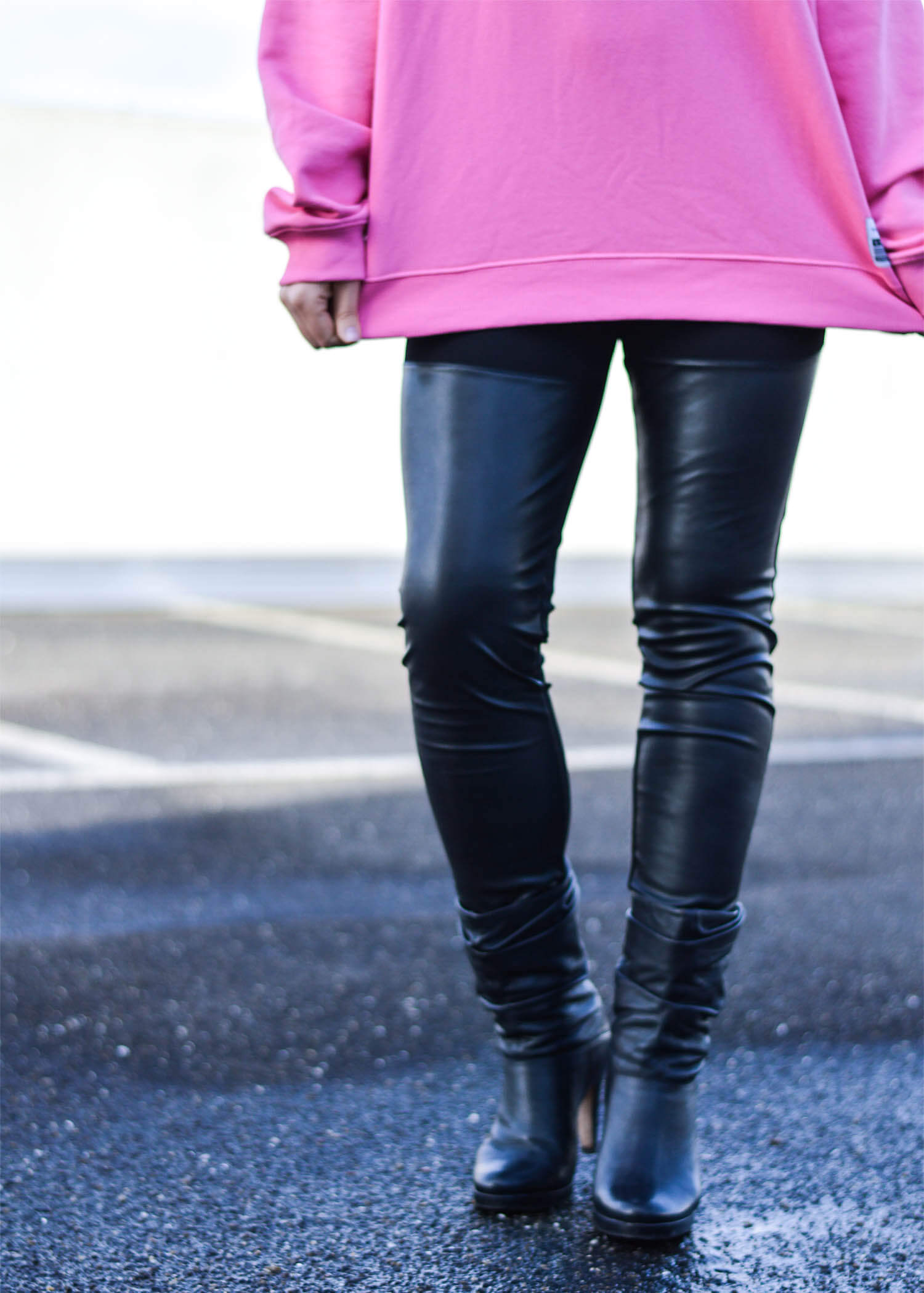 Kationette-Fashionblog-NRW-Outfit-Pink-Fila-Sweater-Leather-Leggings-HighHeel-Booties-streetstyle-curls