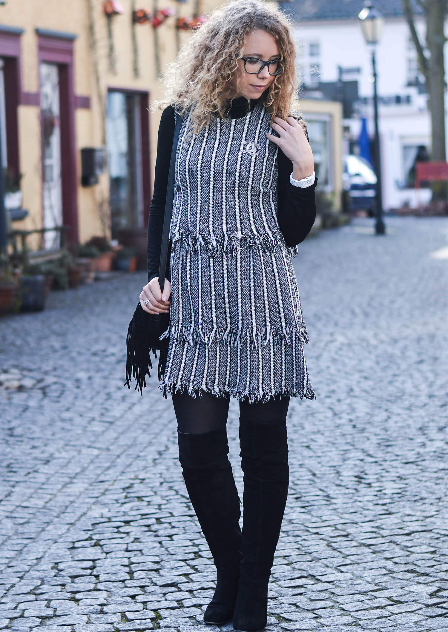 Kationette-fashionblog-nrw-outfit-Tweed-Dress-Chanel-Brooch-Overknees-streetstyle-curls