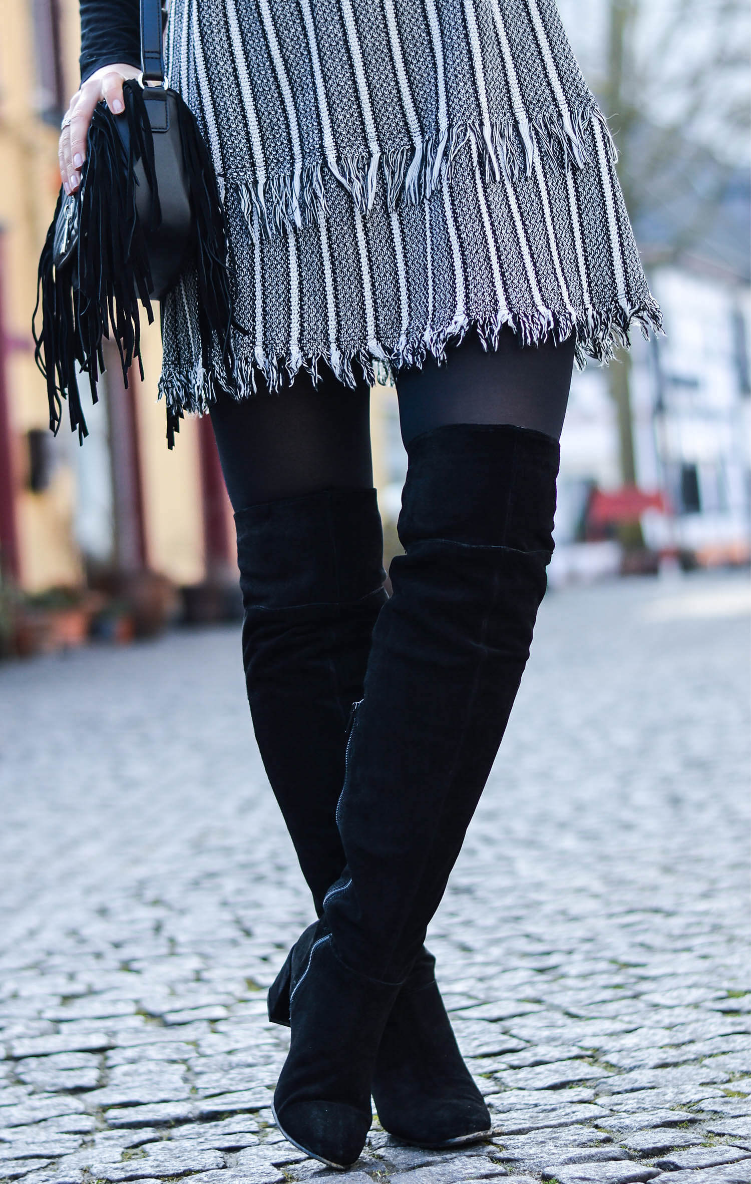 Kationette-fashionblog-nrw-outfit-Tweed-Dress-Chanel-Brooch-Overknees-streetstyle