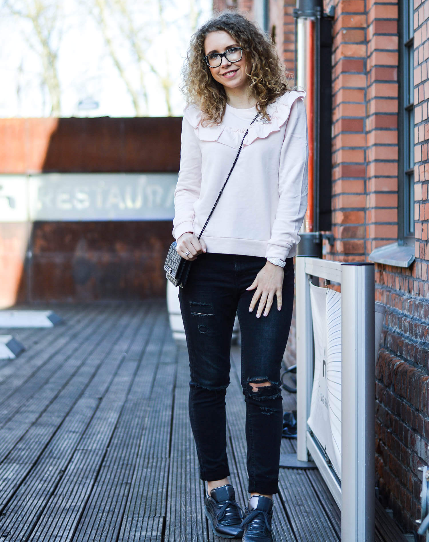 Kationette-fashionblog-nrw-Outfit-Volant-Sweater-Ripped-Jeans-Chanel-Boy-WOC-berlin