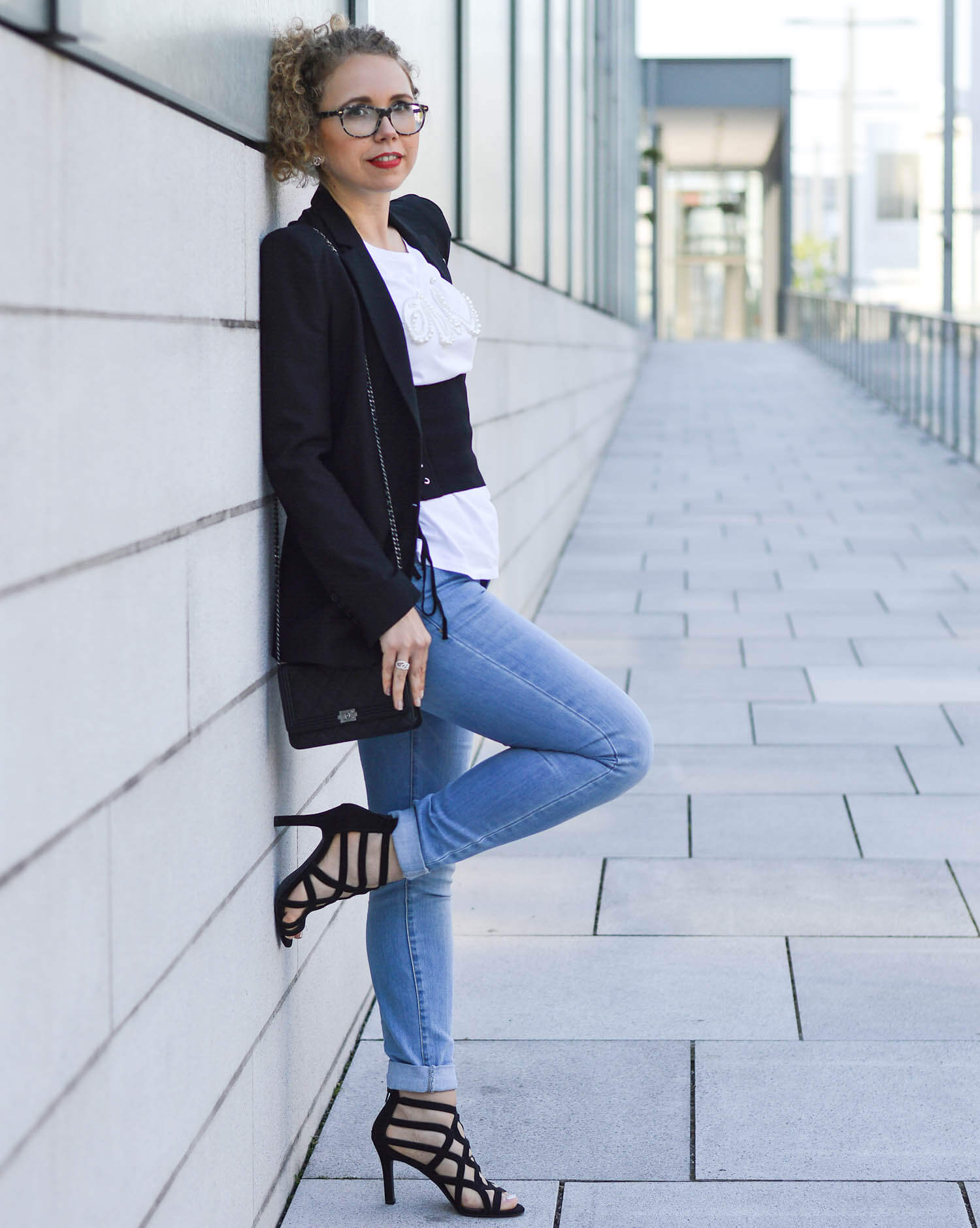 Marionette-fashionblog-nrw-Outfit-Corset-Belt-Pearls-HighHeels-Chanel-streetstyle