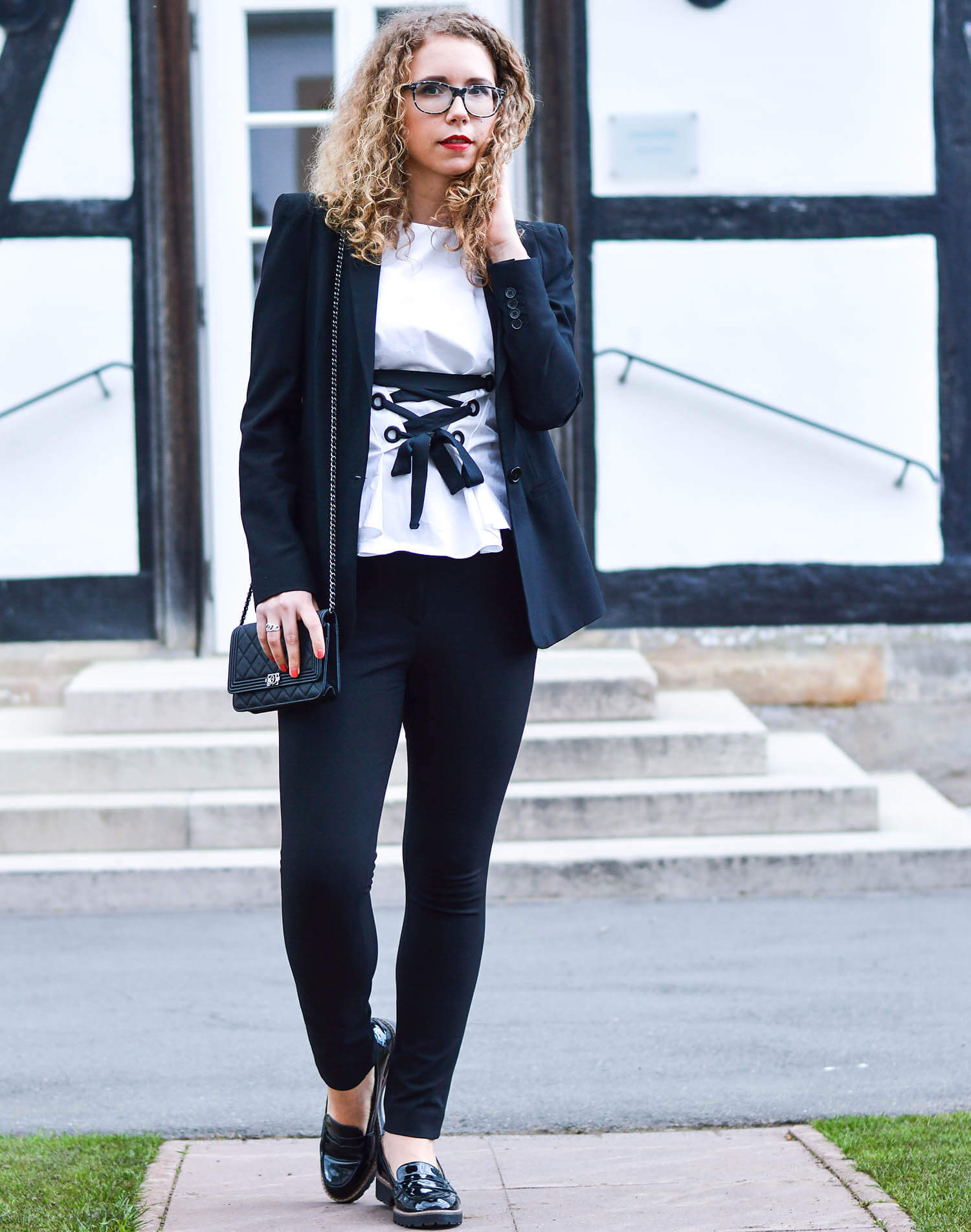 kationette-fashionlog-nrw-Outfit-Black-White-Zara-Lacing-Top-Blazer-Slim-Pants-Chanel-Bag