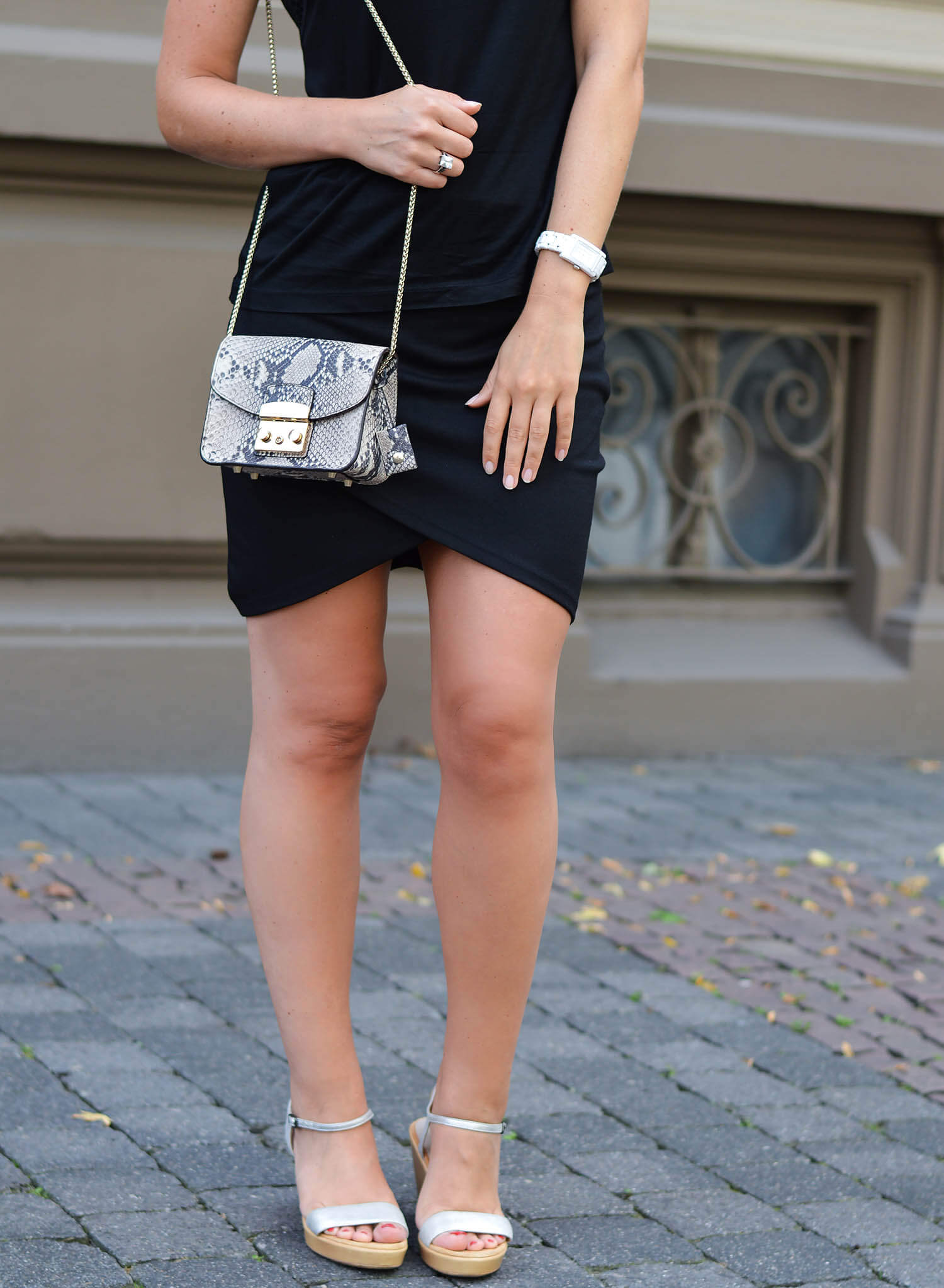 Kationette-Fashionblog-nrw-streetstyle-Outfit-Allblack-Everything-Wrapped-mini-Skirt-Lace-Top-chanel-furla-unisa