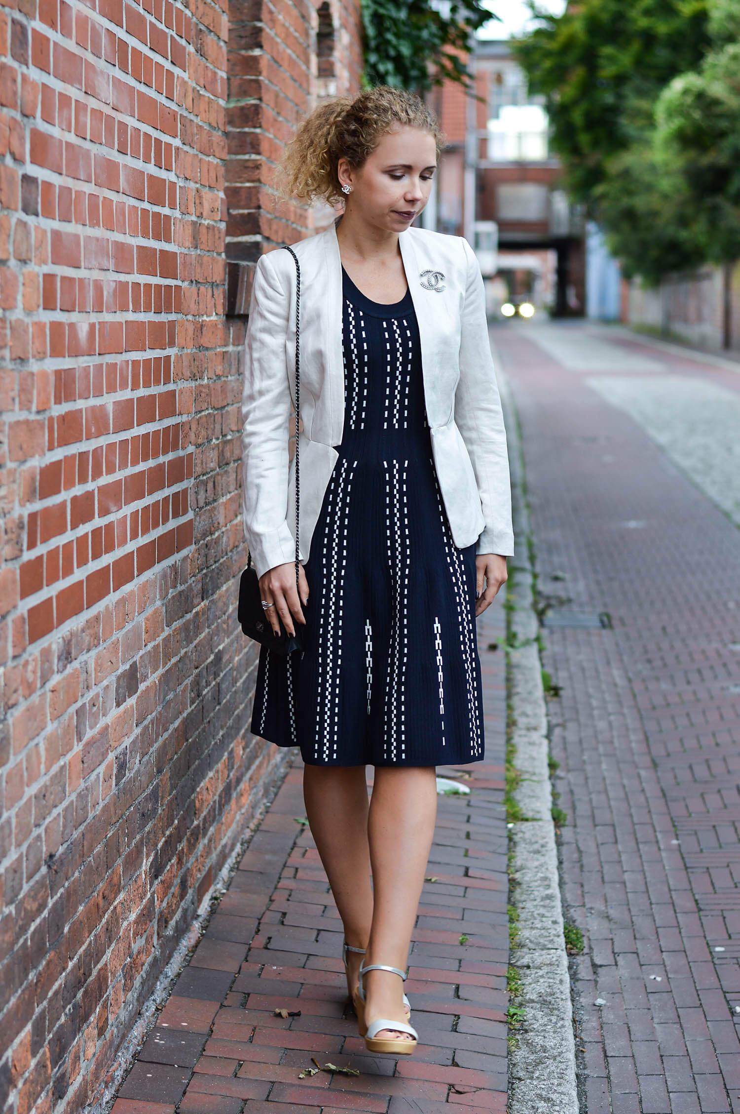 kationette-fashionblog-nrw-Outfit-Feminine-Knit-Dress-Blazer-Chanel-Wedges-ootd