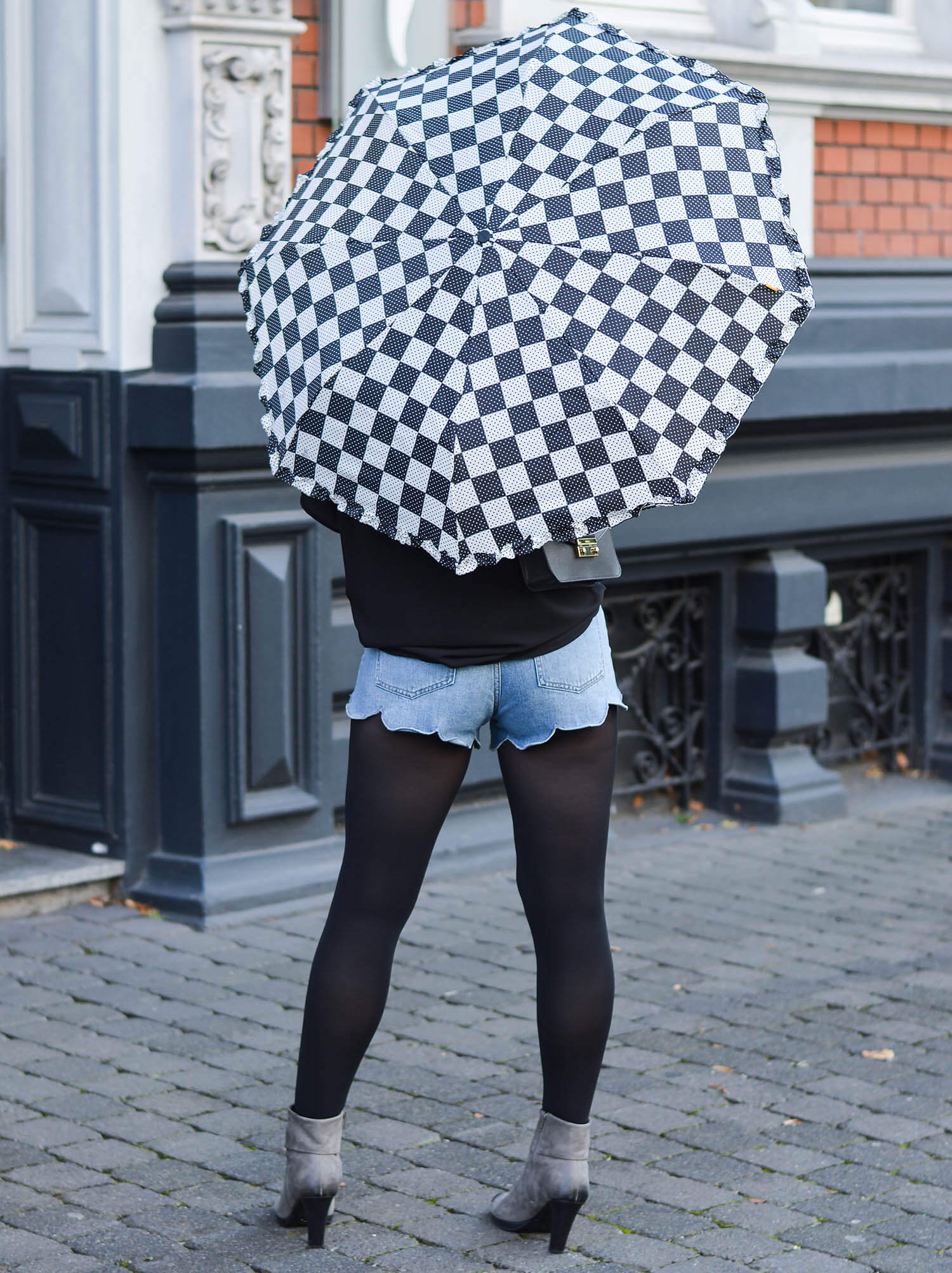Kationette-fashionblog-nrw-Outfit-Denim-Hotpants-Black-Blouse-Furla-and-new-Pocket-Umbrella-from-Zest