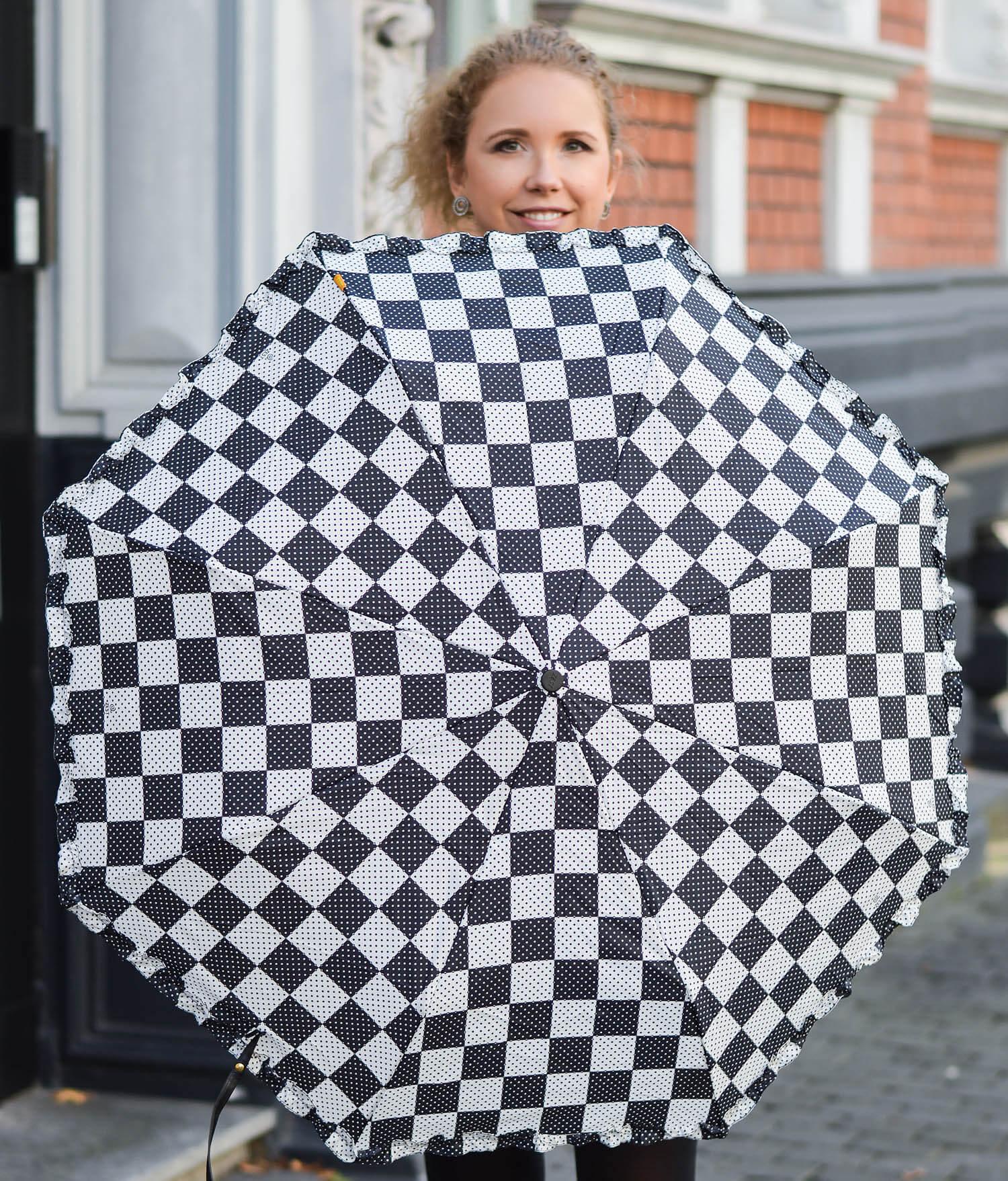 Kationette-fashionblog-nrw-Outfit-Denim-Hotpants-Black-Blouse-Furla-and-new-Pocket-Umbrella-from-Zest