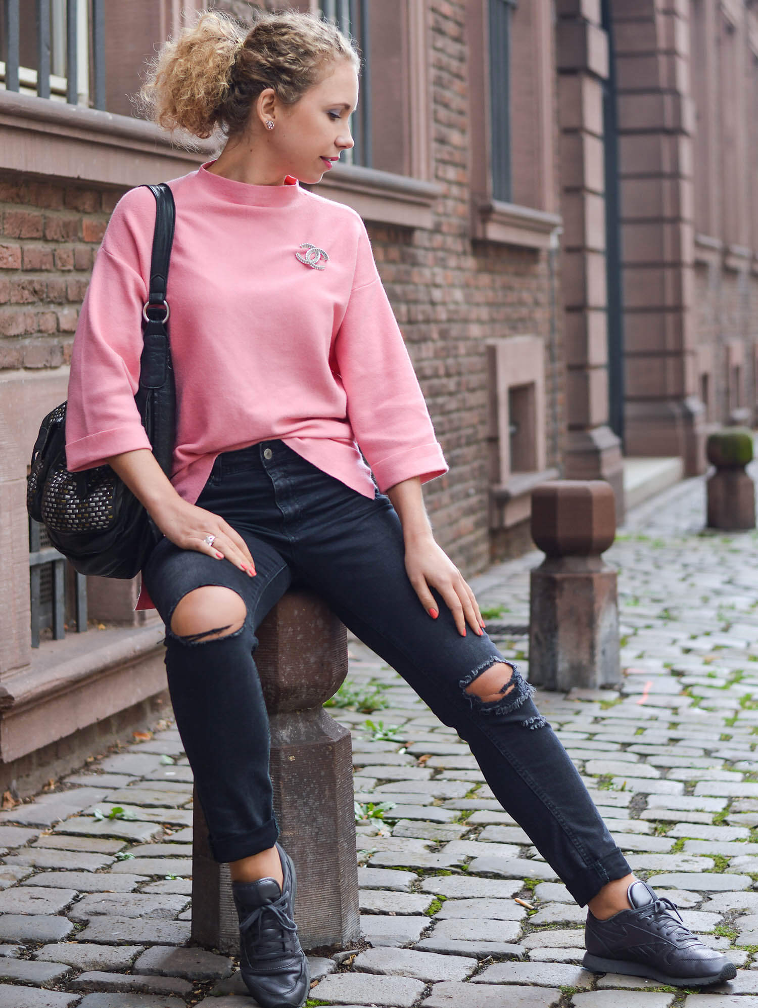 Kationette-fashionblog-nrw-Outfit-Casual-Weekend-Look-with-Pink-Sweater-Ripped-Jeans-Reebok-Sneaker
