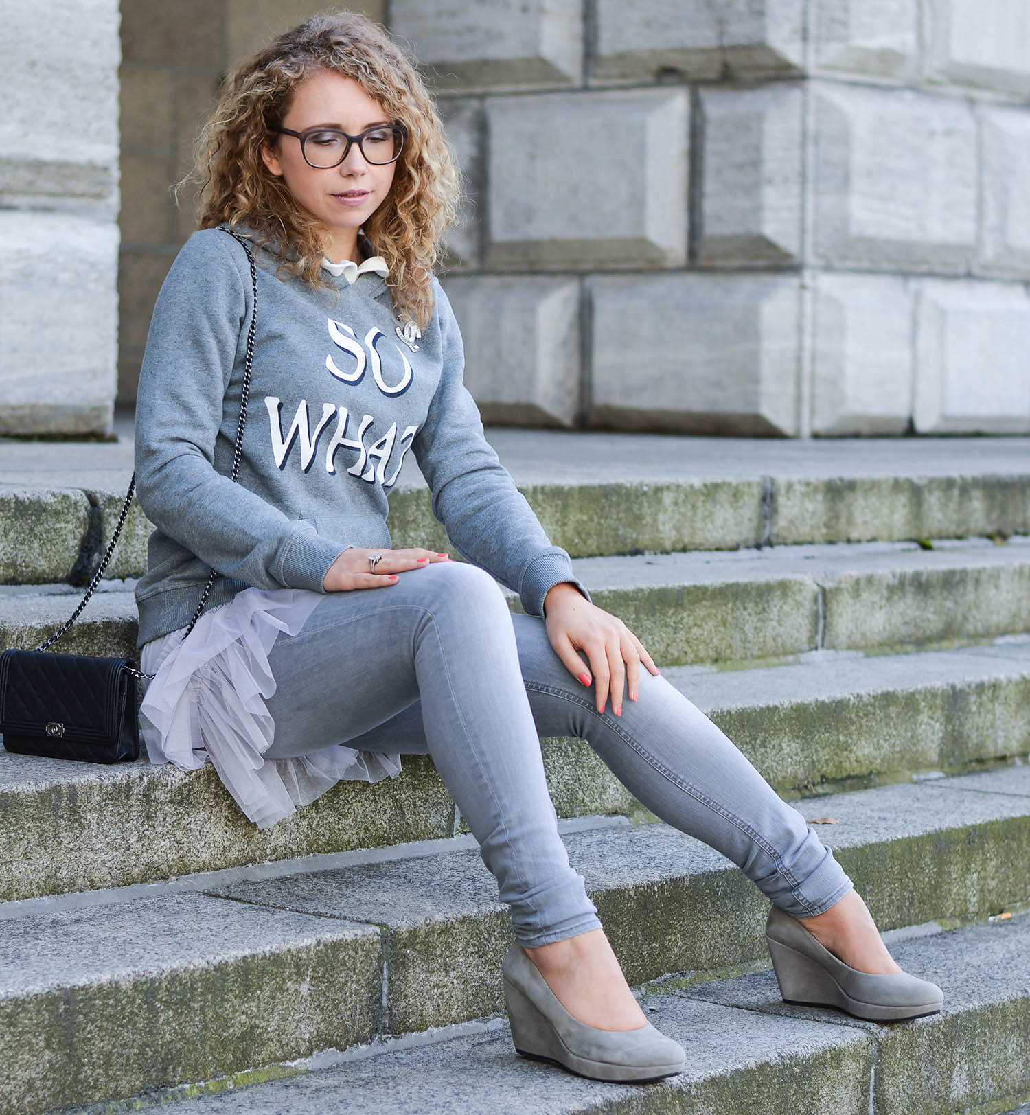 Kationette-fashionblog-nrw-Outfit-Allgrey-with-Carrie-Bradshaw-SATC-Tulle-Skirt-Statement-Hoodie-Chanel-Wedges