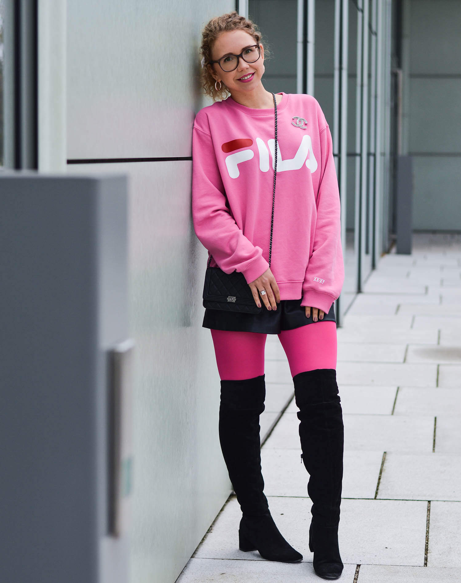 Kationette-fashionblogger-nrw-Outfit-90s-Comeback-with-Pink-Logo-Sweater-Neon-Tights-and-Overknees-chanel