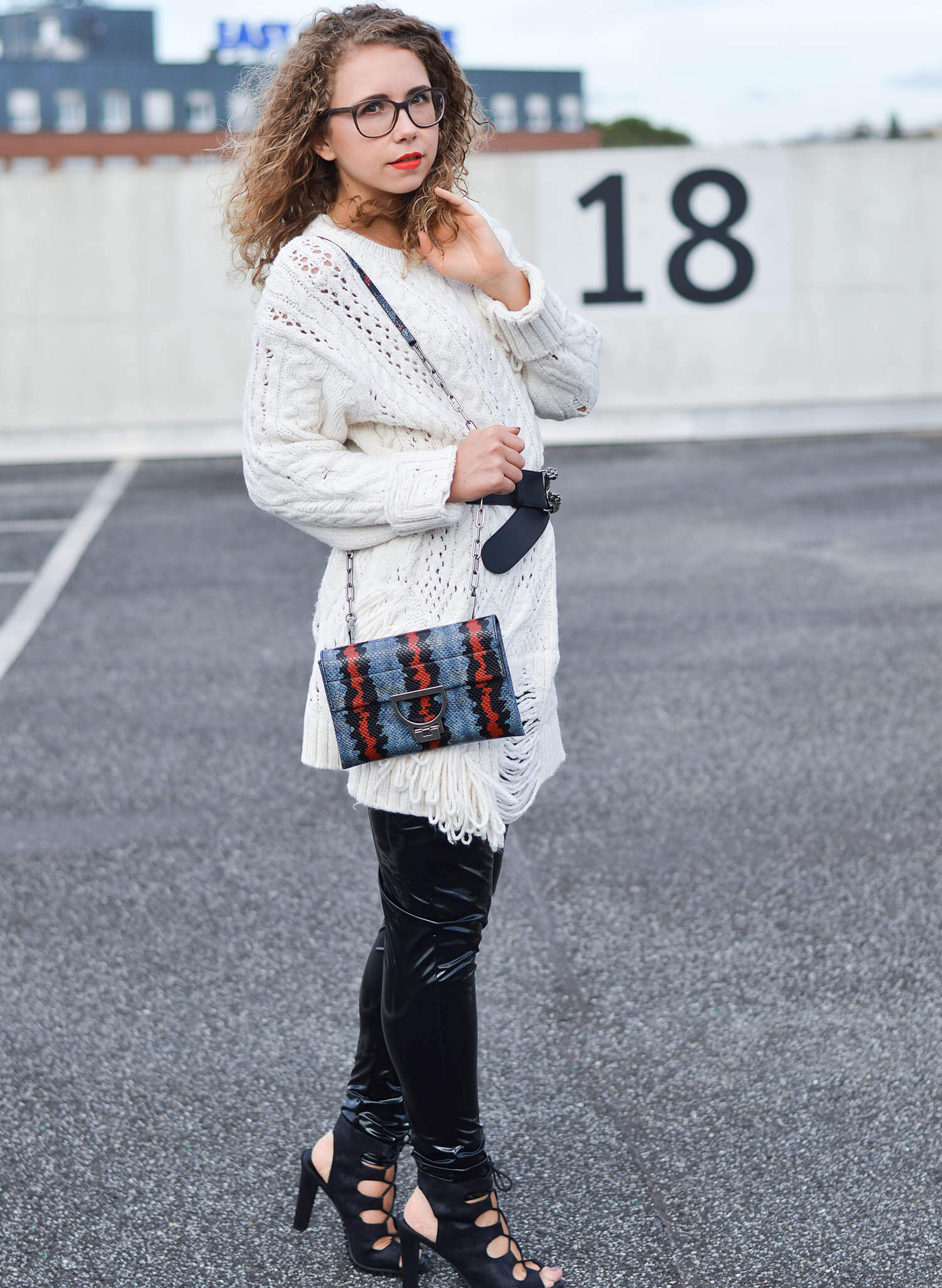 kationette-fashionblogger-nrw-Outfit-Vinyl-Pants-oversized-Zara-Knit-Coccinelle-Bag-and-Gucci-Belt