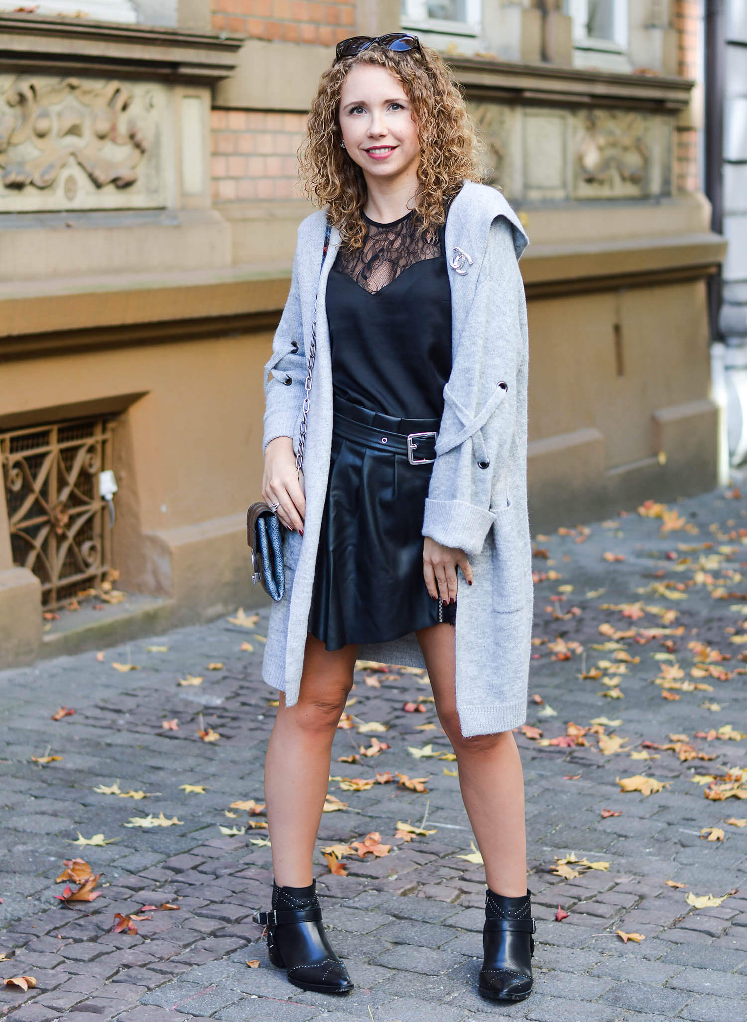 Kationette-fashionblogger-nrw-Outfit-Grey-Cardigan-Satin-Top-Zara-Leather-Skort-and-Booties-for-Indian-Summer