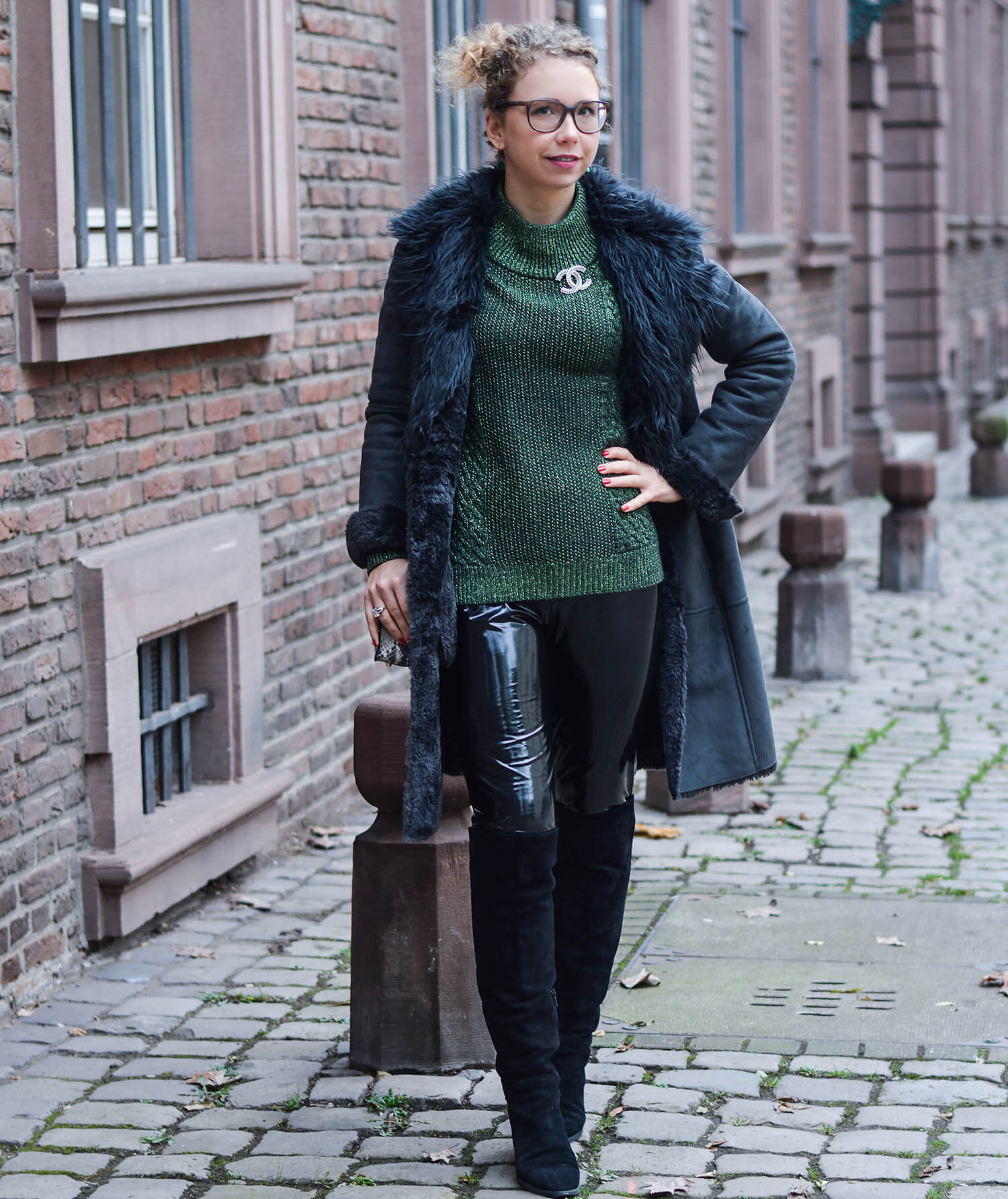 Kationette-fashionblogger-nrw-Outfit-Winter-Fashion-with-Green-Knit-Vinyl-Shearling-Coat-and-Overknees