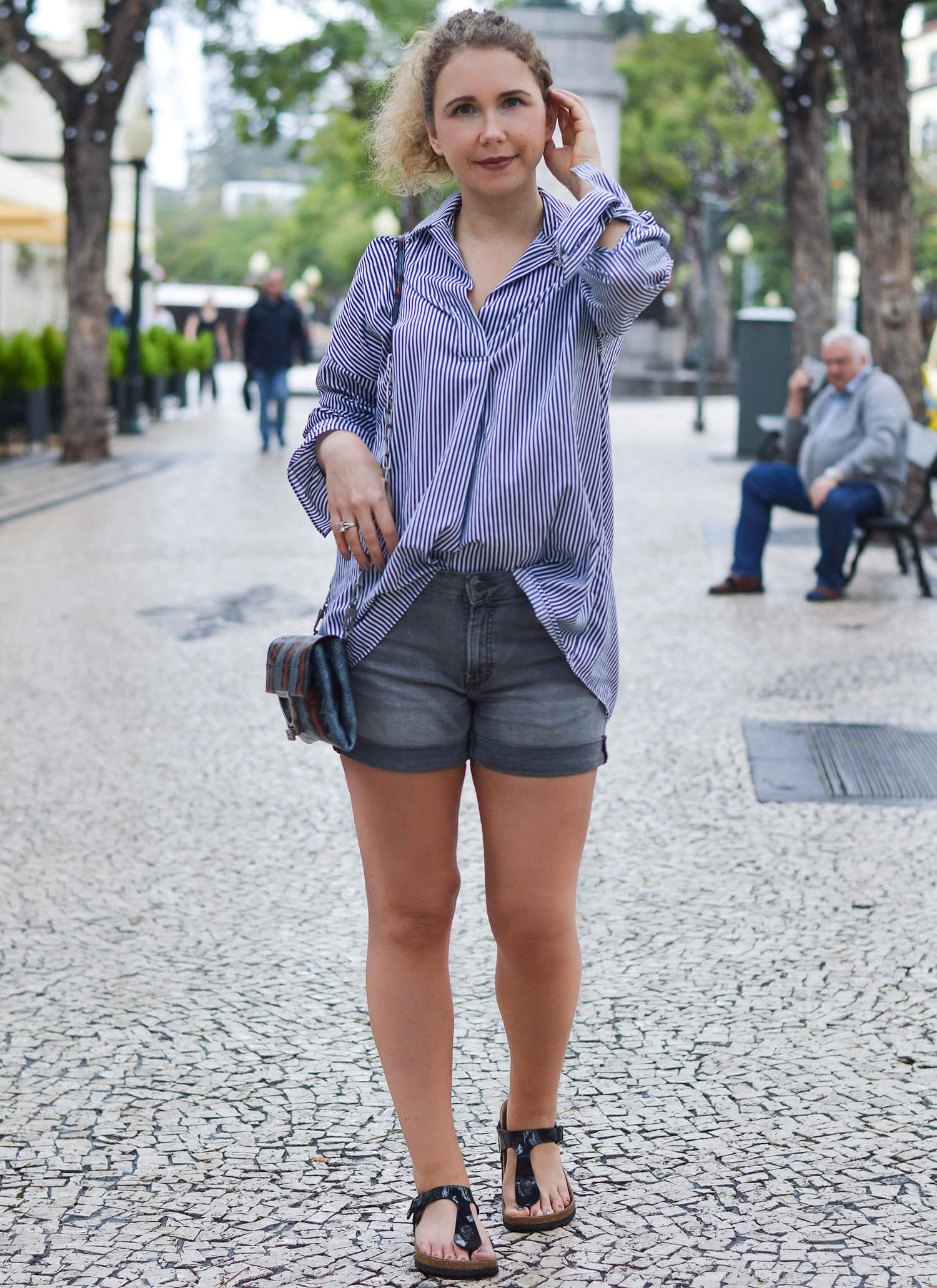 Kationette-fashionblogger-nrw-Outfit-Striped-Blouse-Hotpants-and-Birkenstocks-for-a-stroll-through-Funchal-Madeira-travelblogger