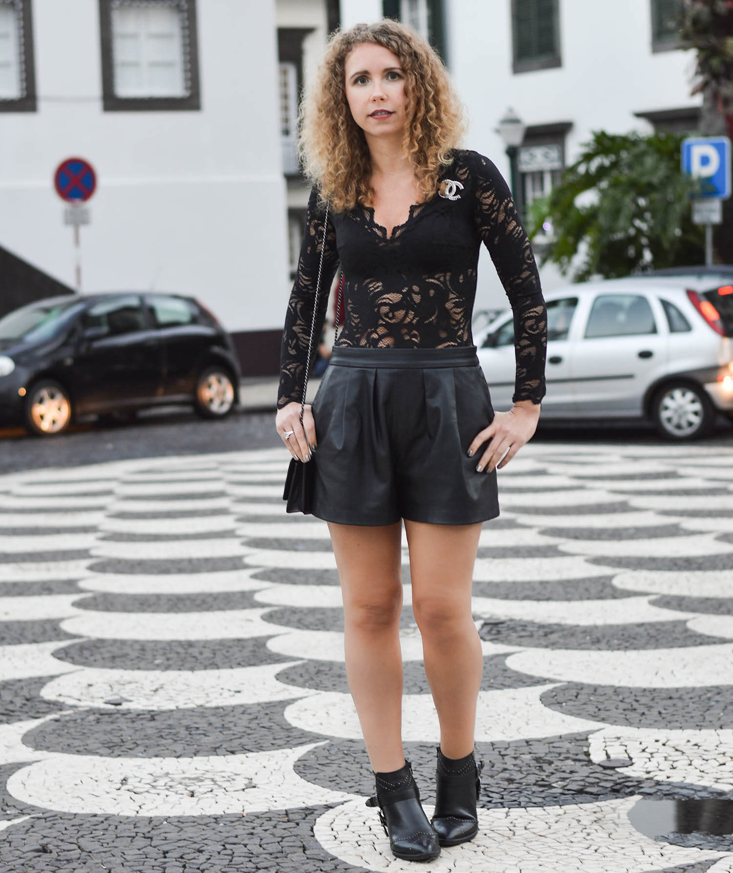 Kationette-fashionblogger-nrw-Outfit-Chanel-zara-Allblack--Lace-and-Leather-for-dinner-in-Funchal-Madeira-travelblogger