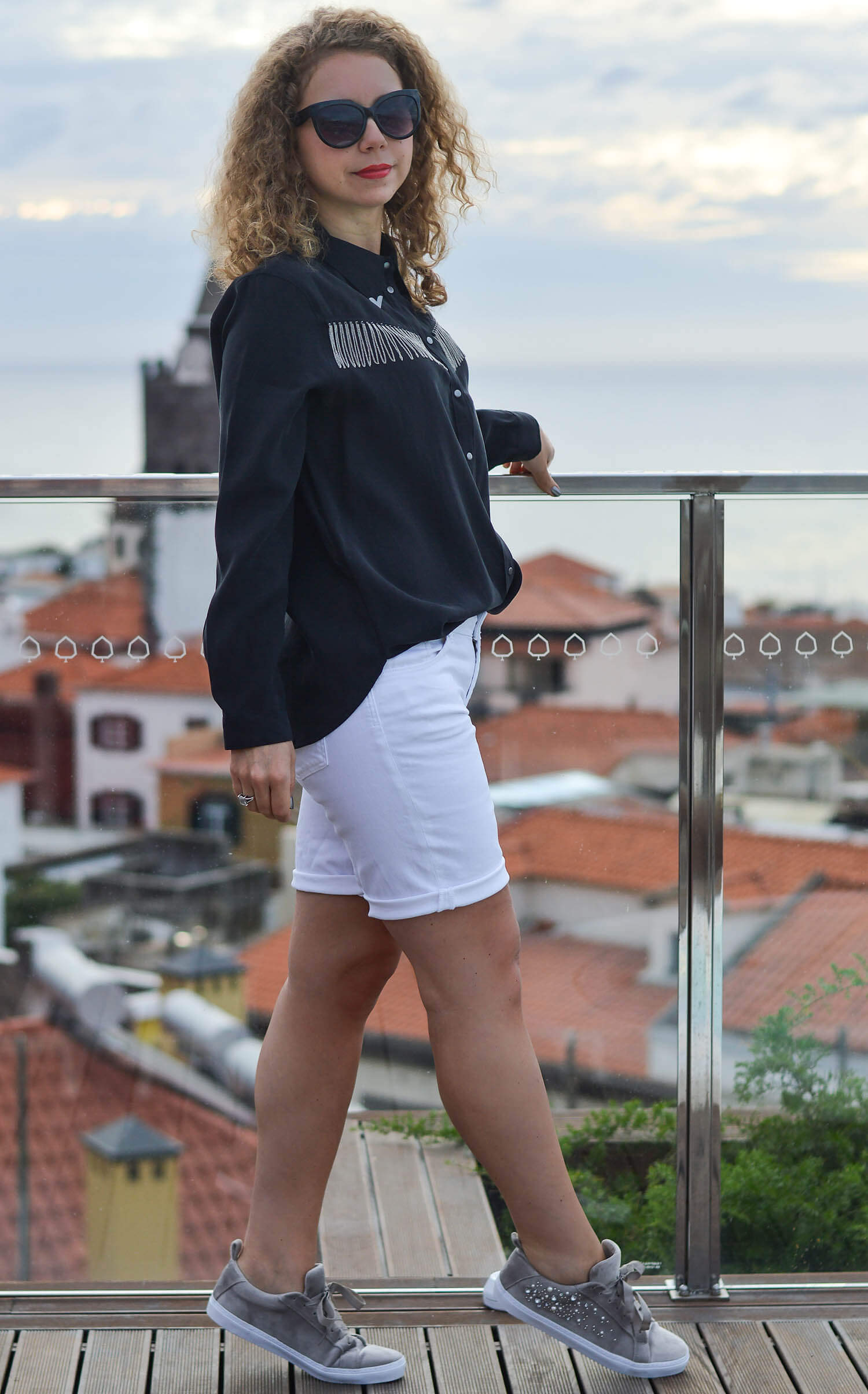 Kationette-fashionblogger-nrw-Outfit-White-Bermudas-Zara-Western-Blouse-and-Velvet-Sneakers-in-Funchal-Madeira