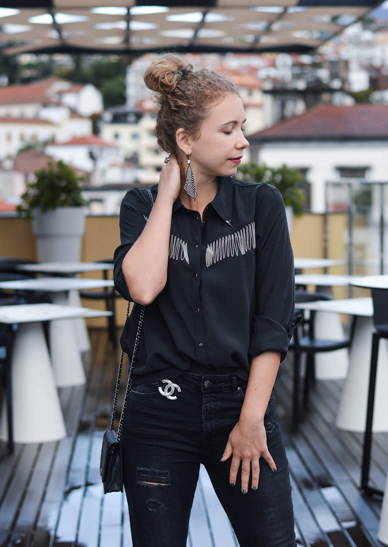 Kationette-Outfit-Zara-Western-Blouse-Ripped-Jeans-Statement-Earrings-and-Chanel-streetstyle-fashionblogger