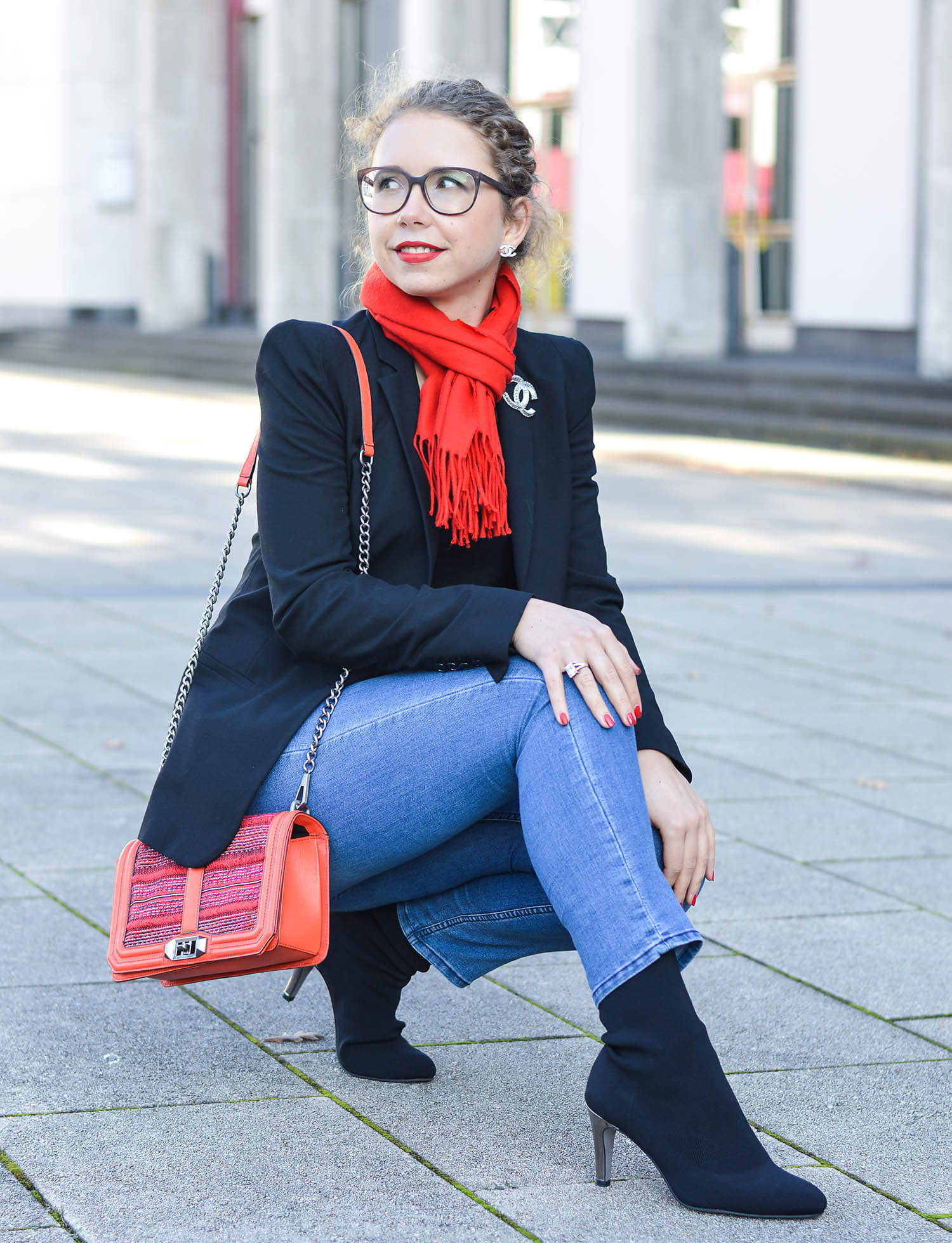 Kationette-fashionblogger-nrw-Outfit-Casual-Business-Style-with-Black-Blazer-Denim-Pants-Sock-Boots-and-Red-Accessoires