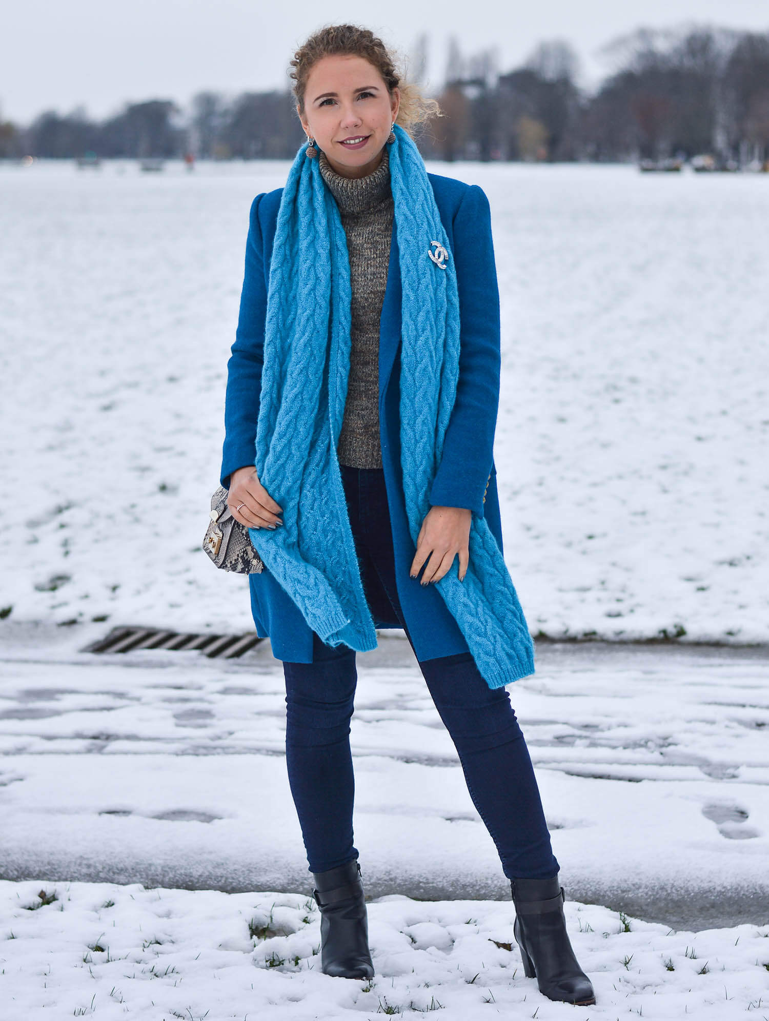 Kationette-fashionblogger-nrw-Happy-New-Year-Outfit-Azure-Blue-Coat-and-Scarf-for-a-snowy-day-in-Dusseldorf
