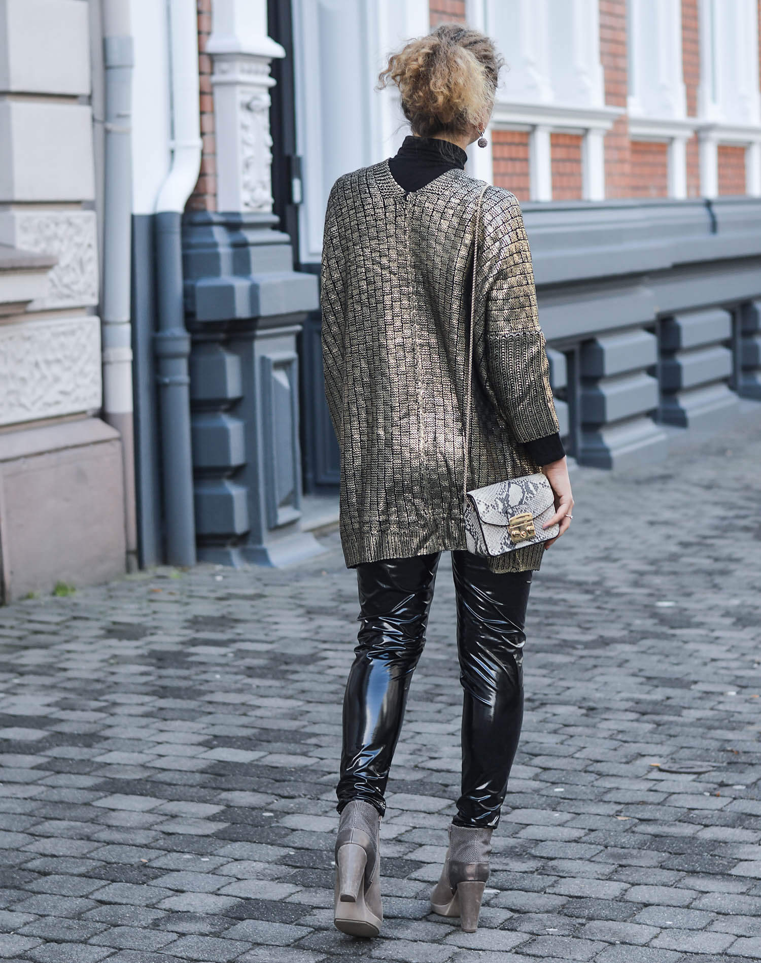 Kationette-fashionblogger-outfit-Outfit-Black-and-Gold-Golden-Knit-and-Vinylpants-streetstyle