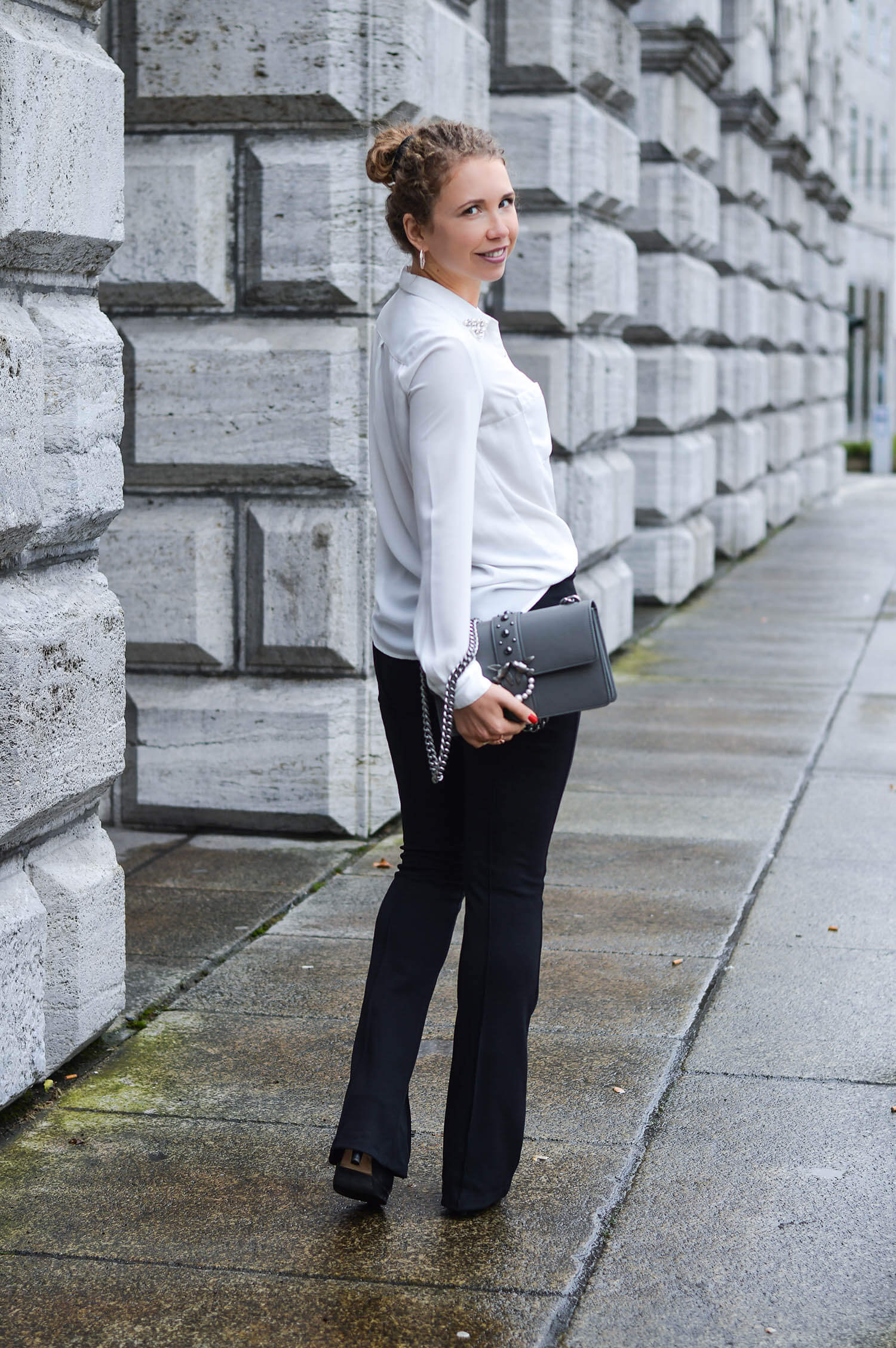 Kationette-fashionblogger-nrw-Outfit-White-Blouse-Flared-Pants-and-Pinko-Bag-blackandwhite-streetstyle